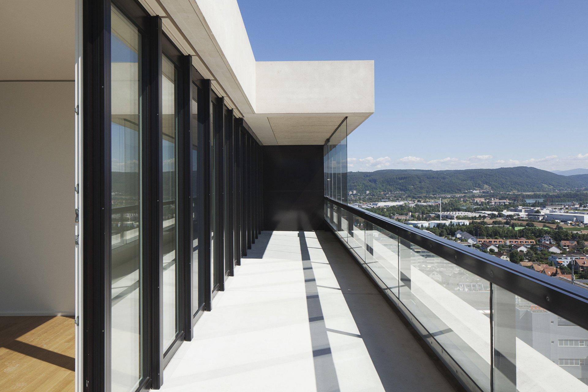 Balkon mit Hebe-Schiebetüren in Holz-Metall die die Wand ersetzen und Glasgeländer