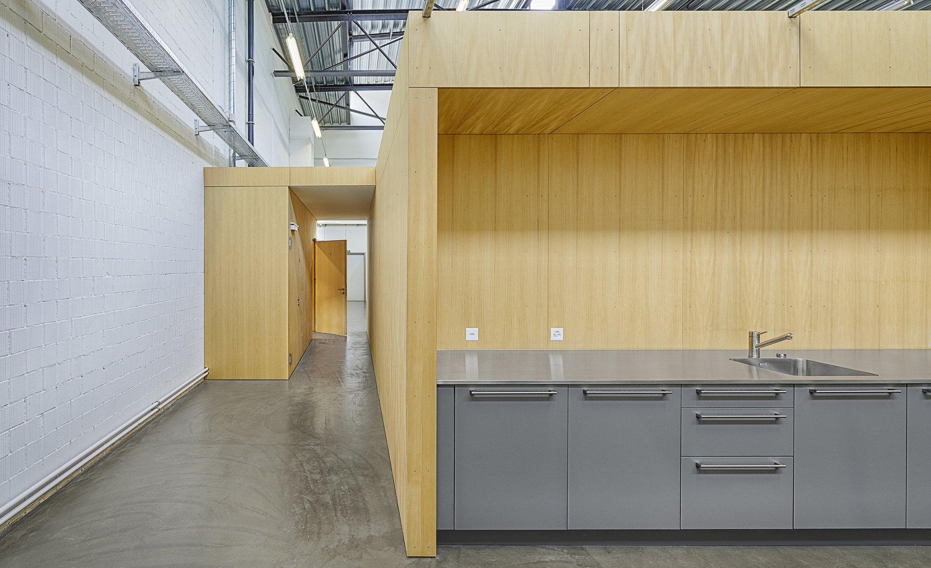 Küchentheke in Indoor-Modul aus Holz in grosser Halle