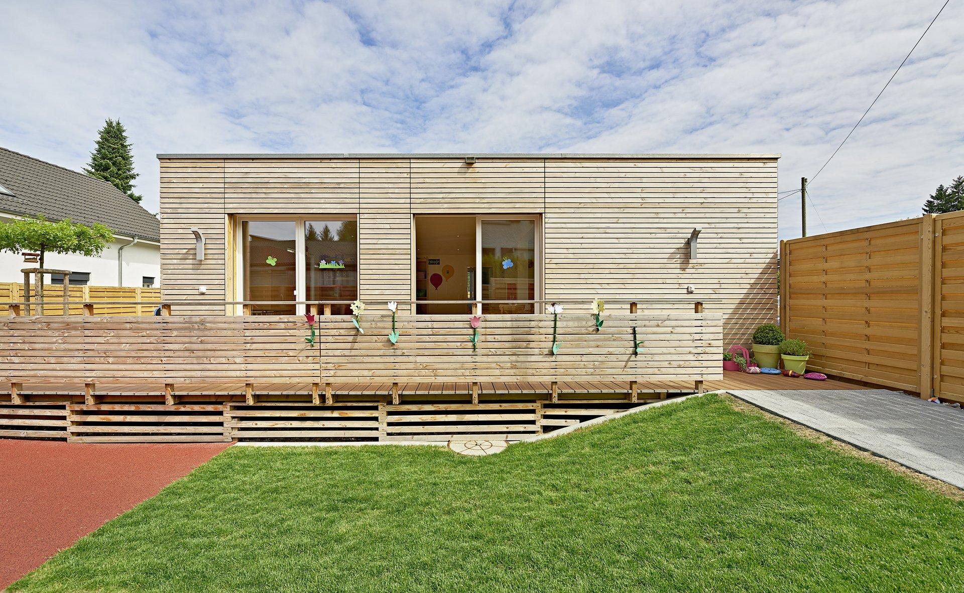 Holzfassade mit gleich grossen Doppelflügelfenstern