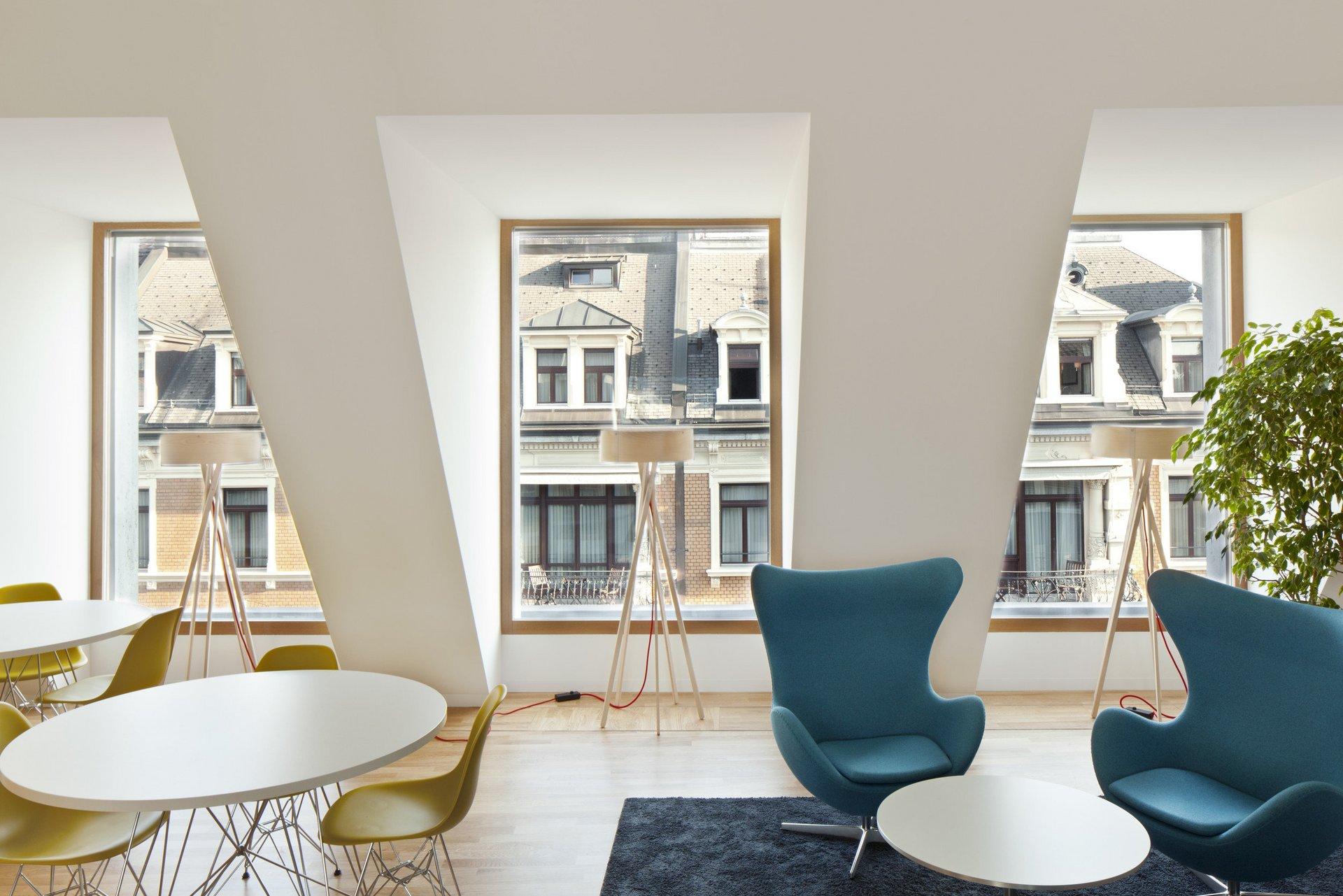 3 grosse Sonderfenster in Dachgaube in modern möbliertem Raum