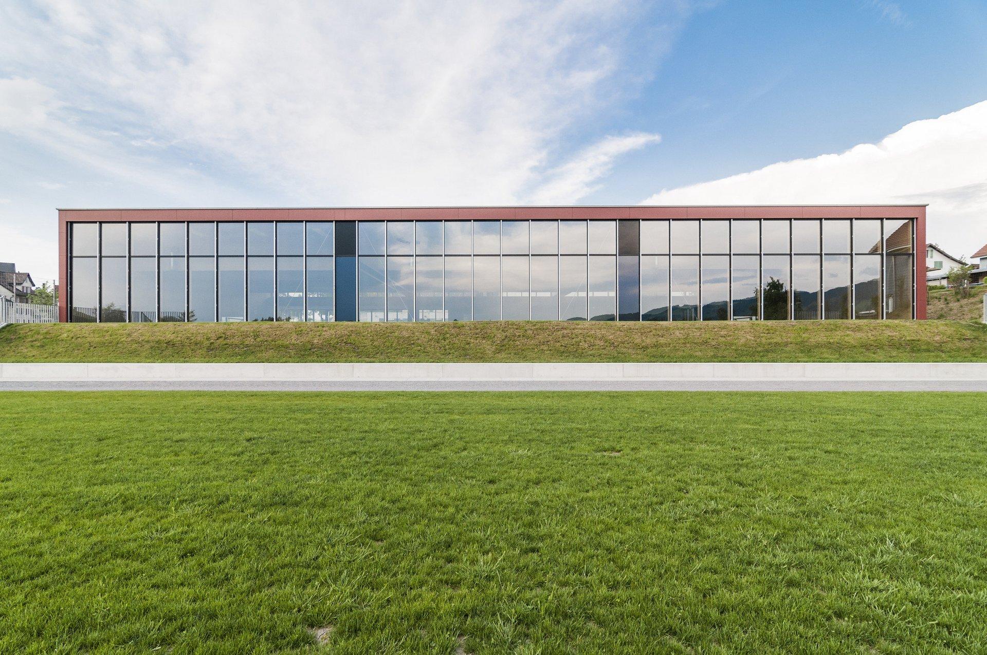 Sporthalle mit gleichmässigen Fensterelementen als Fensterfassade