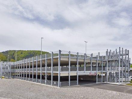 3-geschossiges Parkhaus in einer Holz-Hybridbauweise auf grossem Kiesplatz
