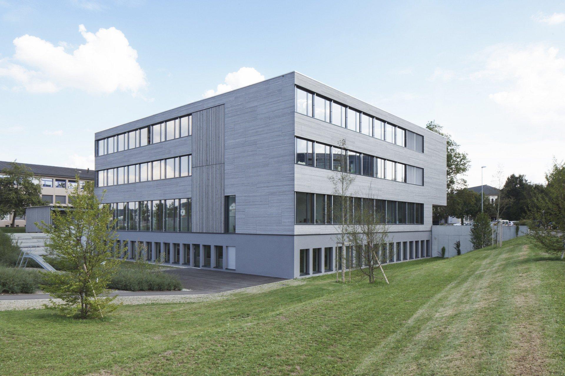 Bâtiment scolaire de 4 étages à façade de fenêtres généreuse