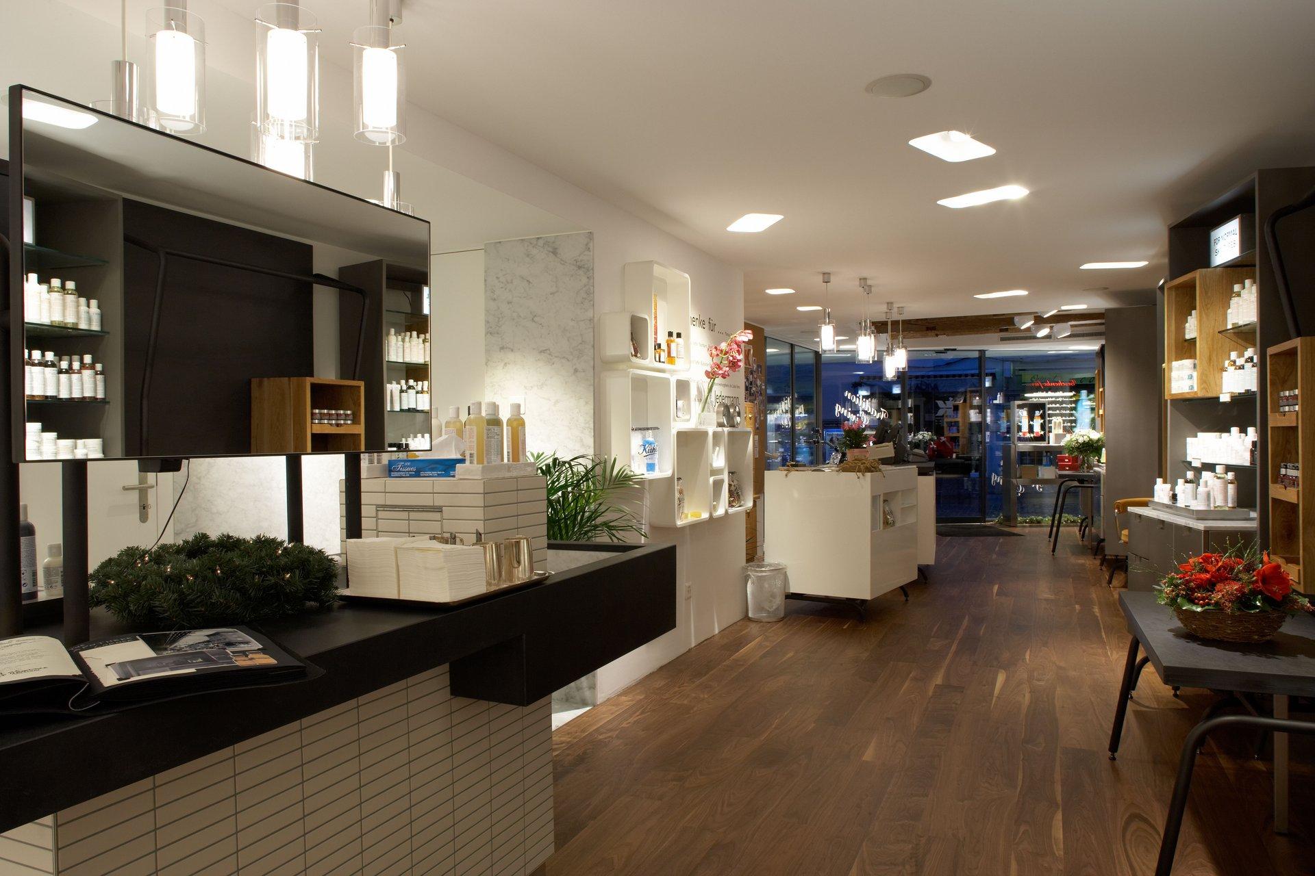 Heller, moderner Shop mit viel Holz und Elementen aus Marmor
