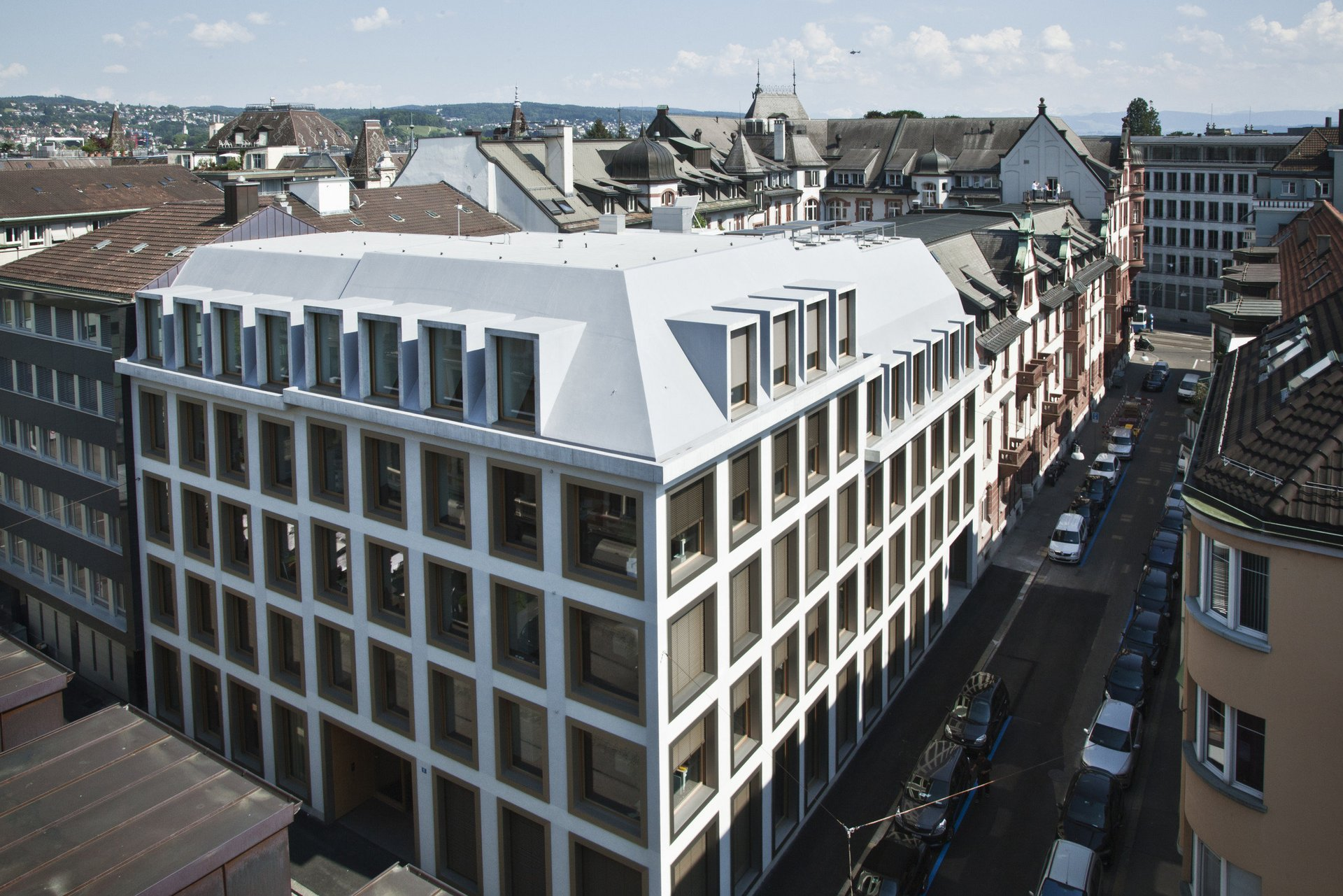 Mehrgeschossiger Wohnblock mit grossen gleichmässigen Sonderfenstern