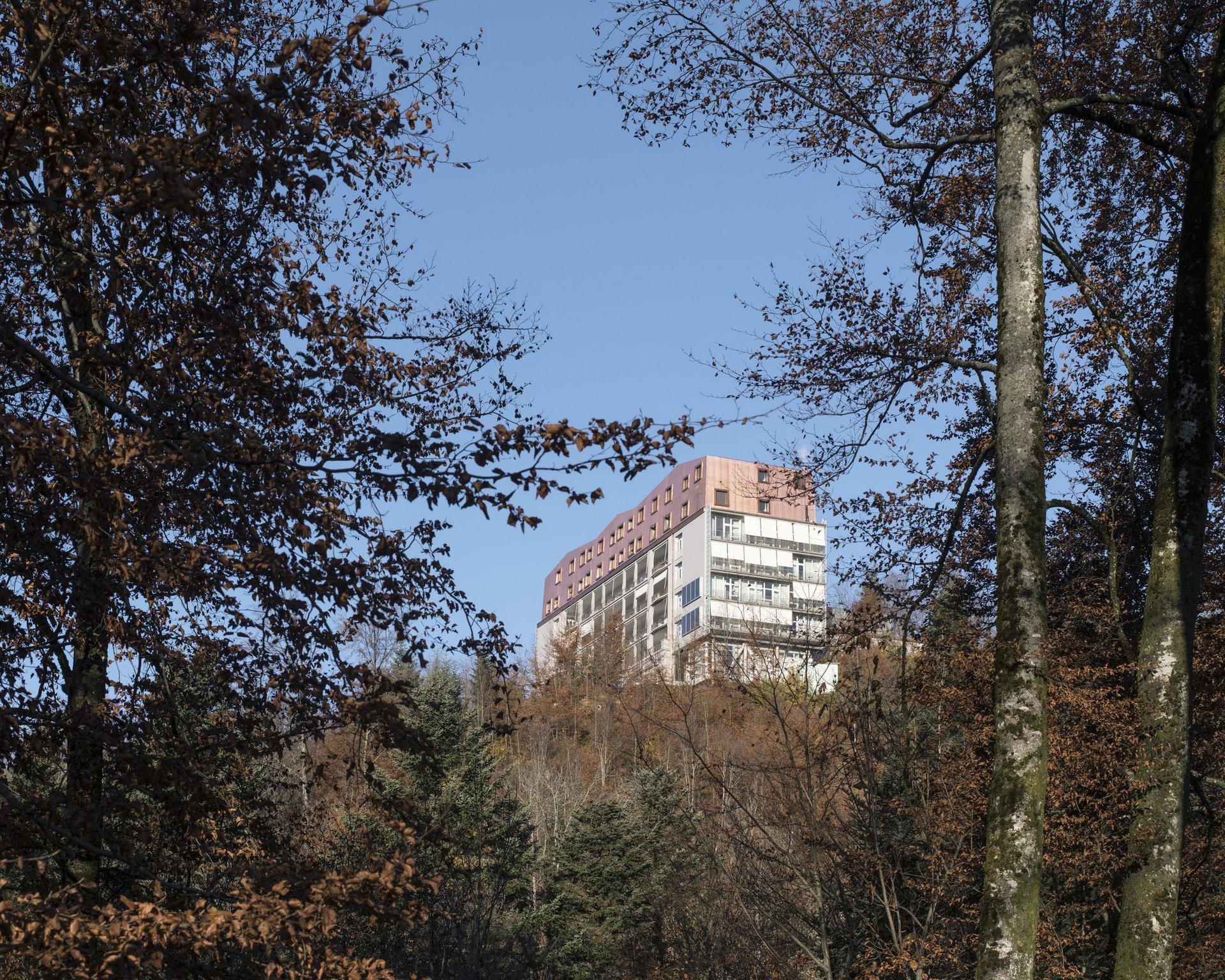 Seitenansicht von aufgestocktem Gebäude über mehrere Stockwerke
