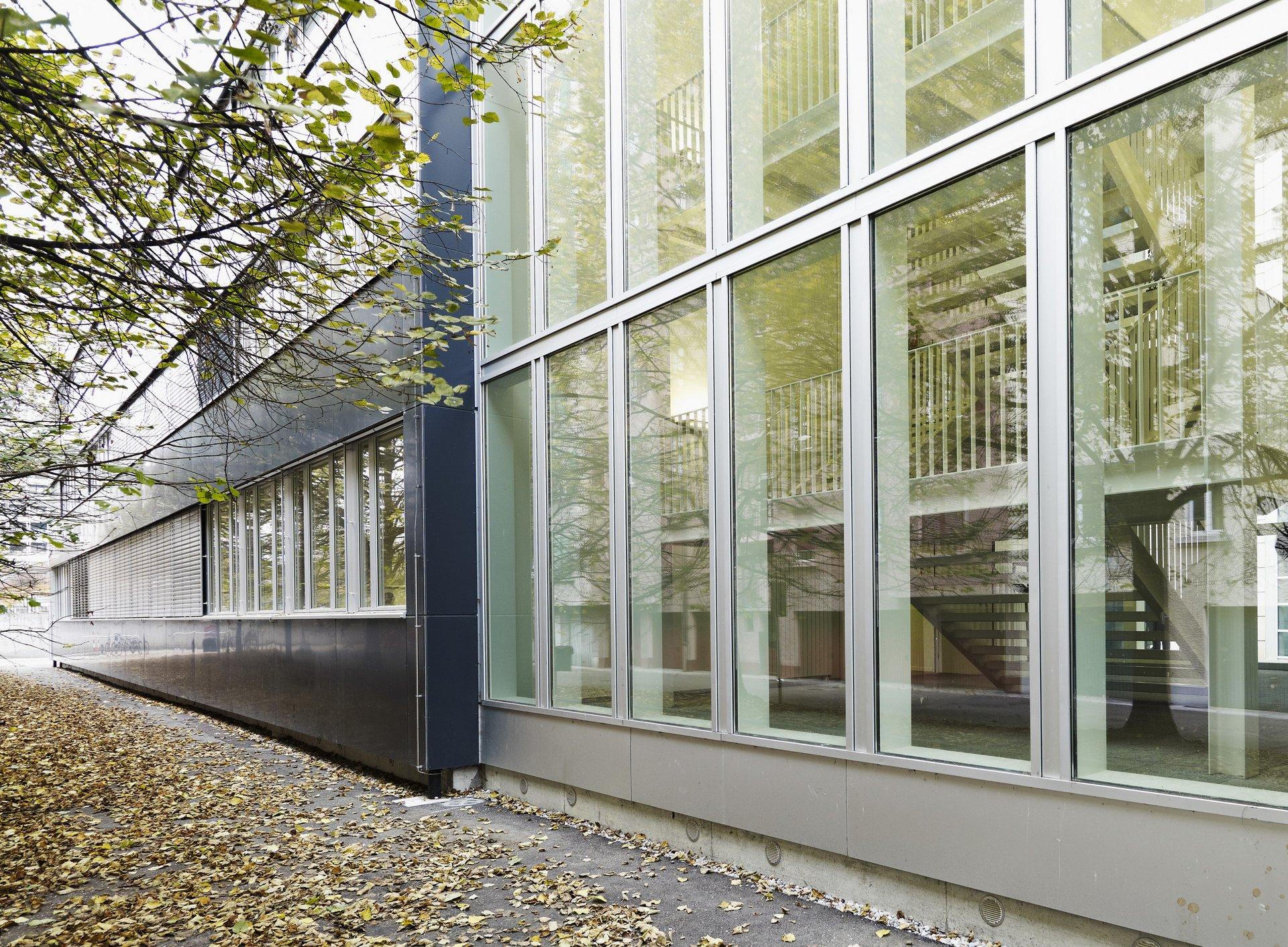 Gebäudeteil mit Fensterfront über alle Stockwerke