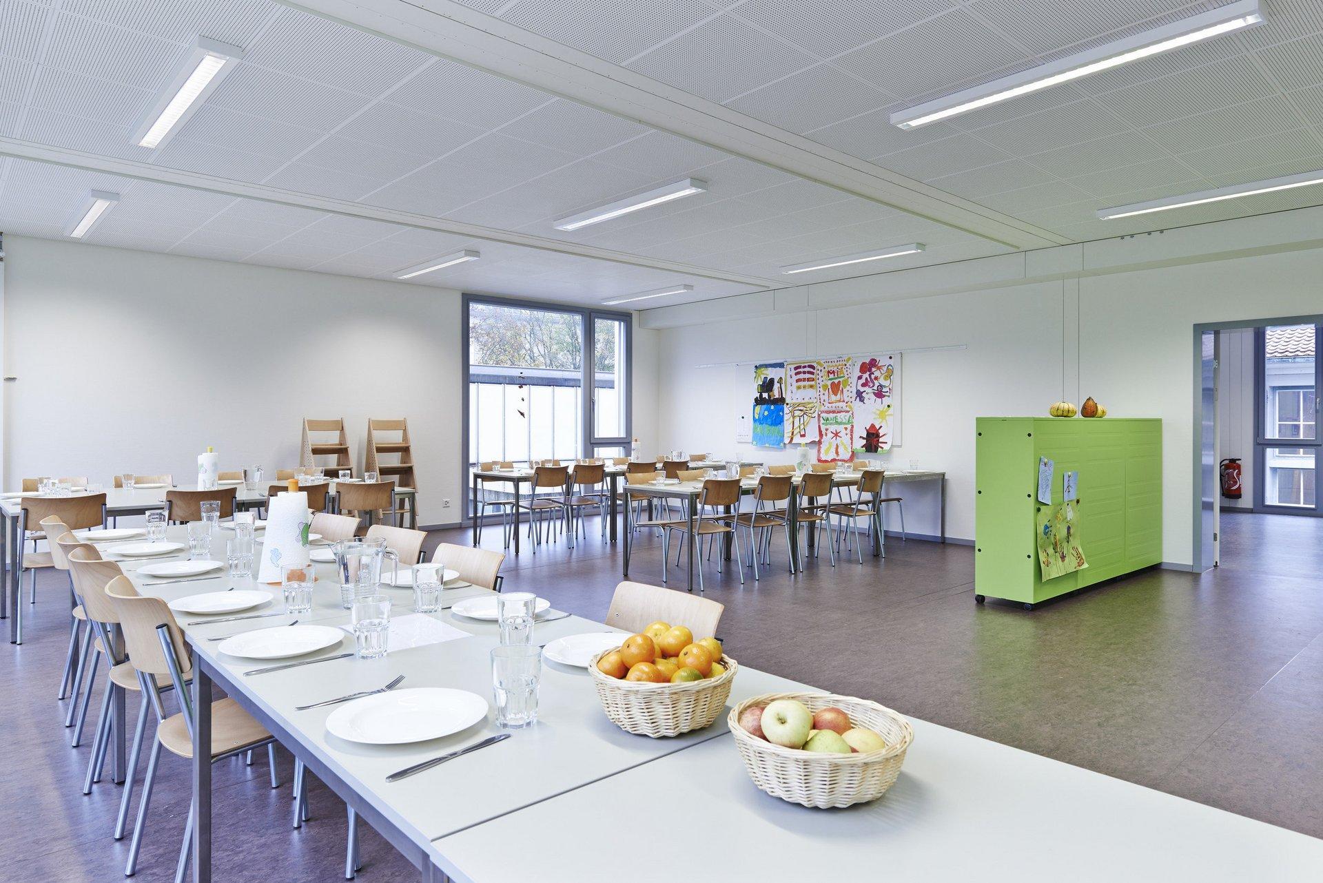 Essenssaal Kindergarten grosse lichtdurchlässige Fenster
