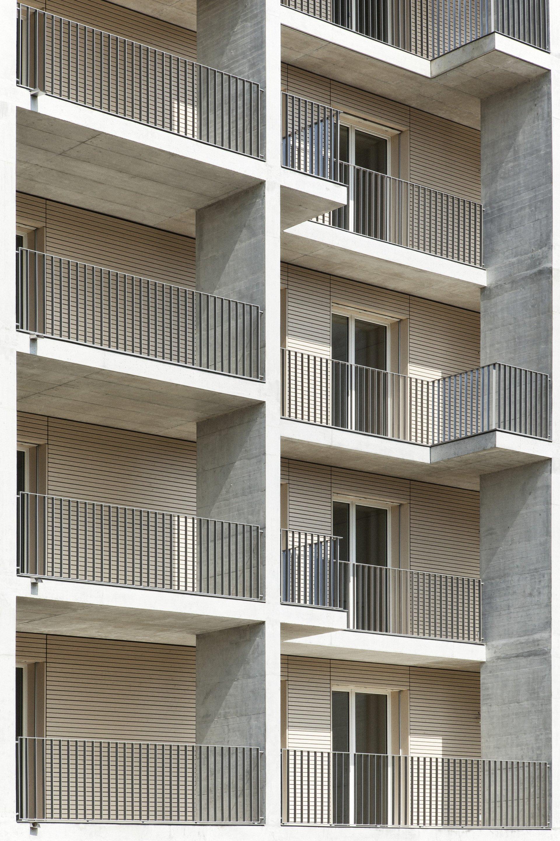 Grande fenêtre lumineuse donnant sur le balcon
