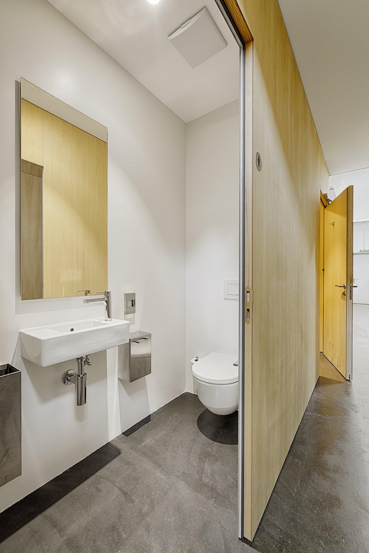 Indoor-Modul mit moderner und schlichter sanitärer Anlage