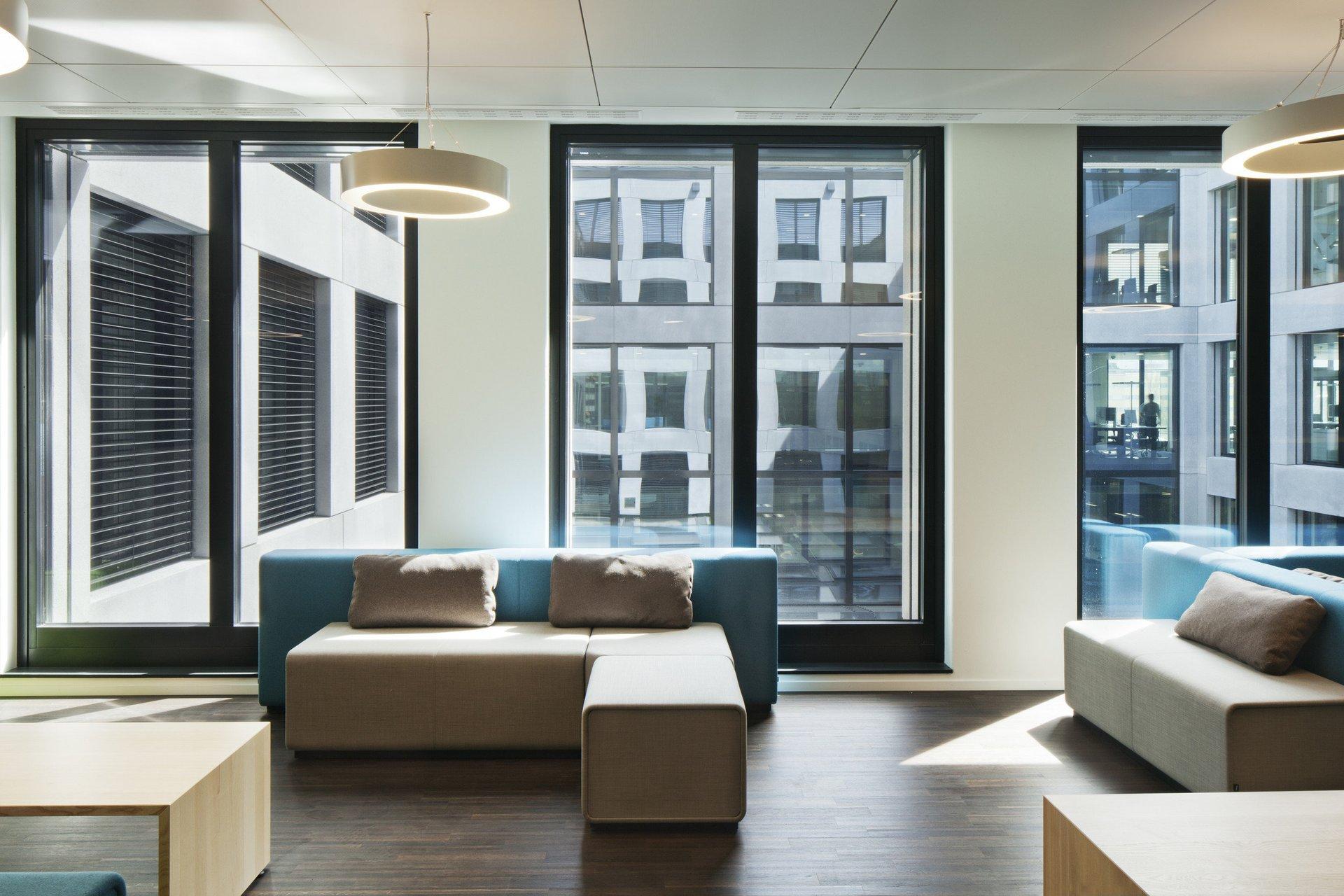 Lichtdurchflutetes möbliertes Bürozimmer mit Doppelfenster