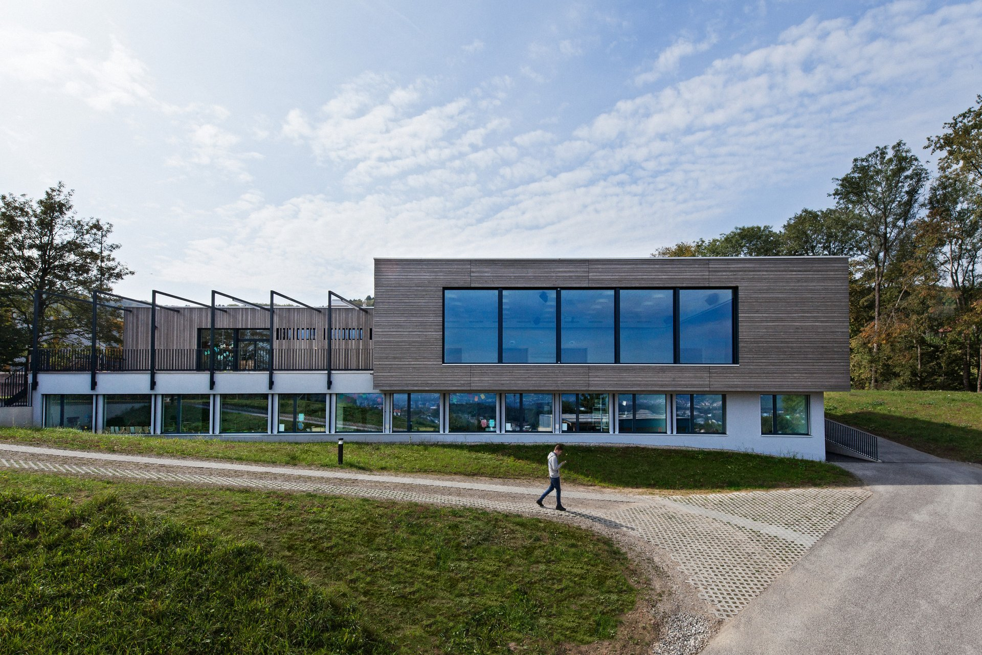 saniertes Schulhaus mit kennzeichnend 5 gleichen Fenster 2. Geschoss