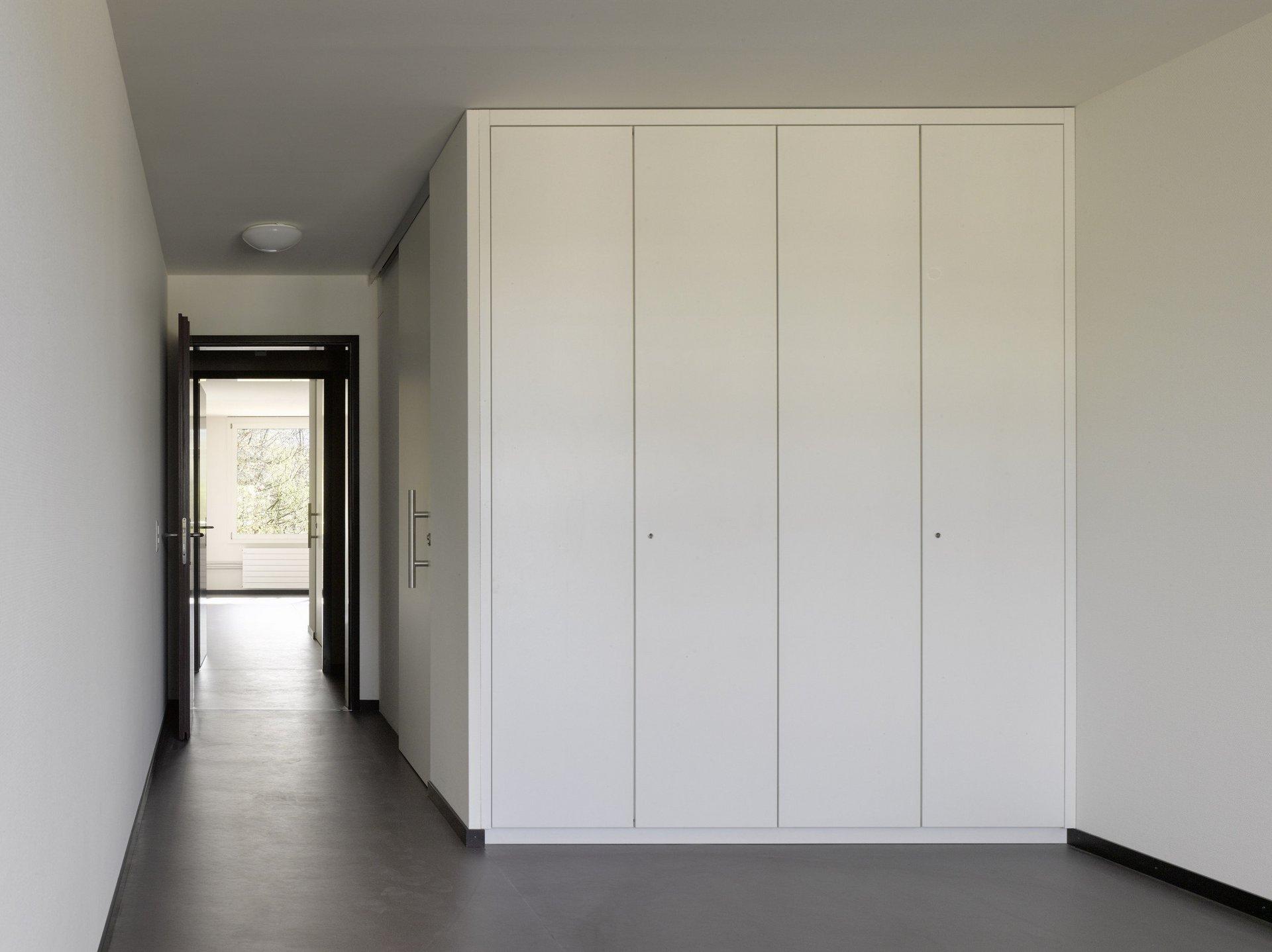 Raum in hellem modernen und schlichten Design