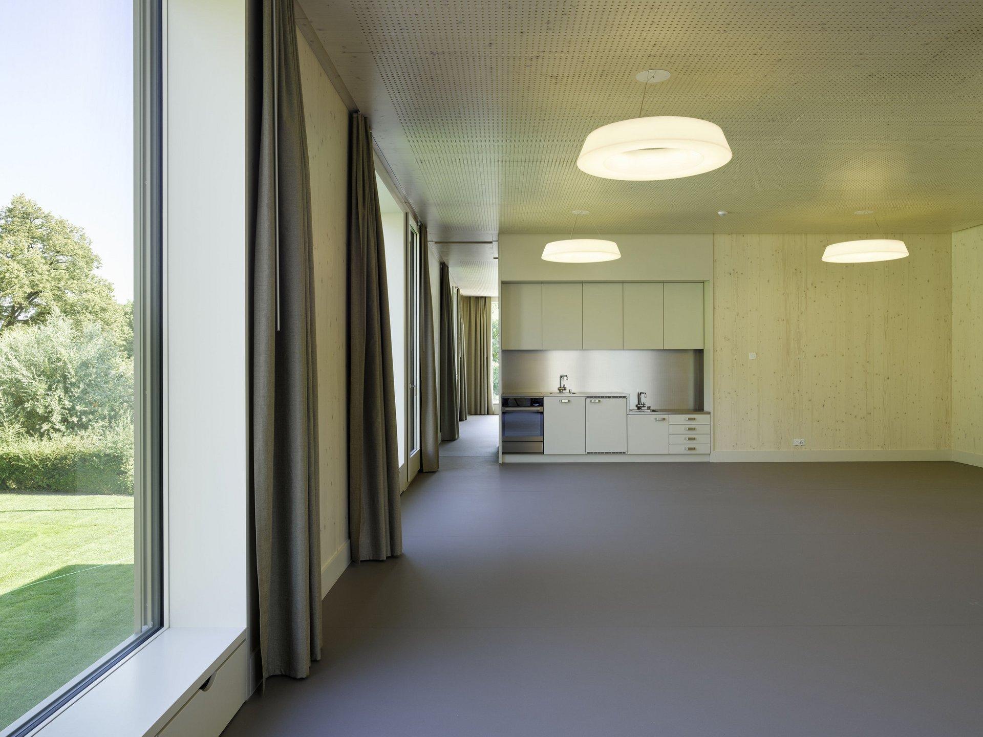 Raum mit Einbauküche in modernem und schlichtem Design
