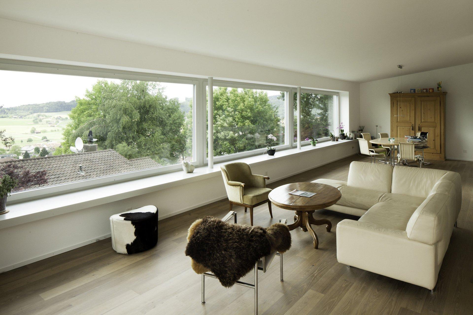 Lichtdurchflutetes Wohnzimmer mit 3 Einflügelfenster Vision 3000