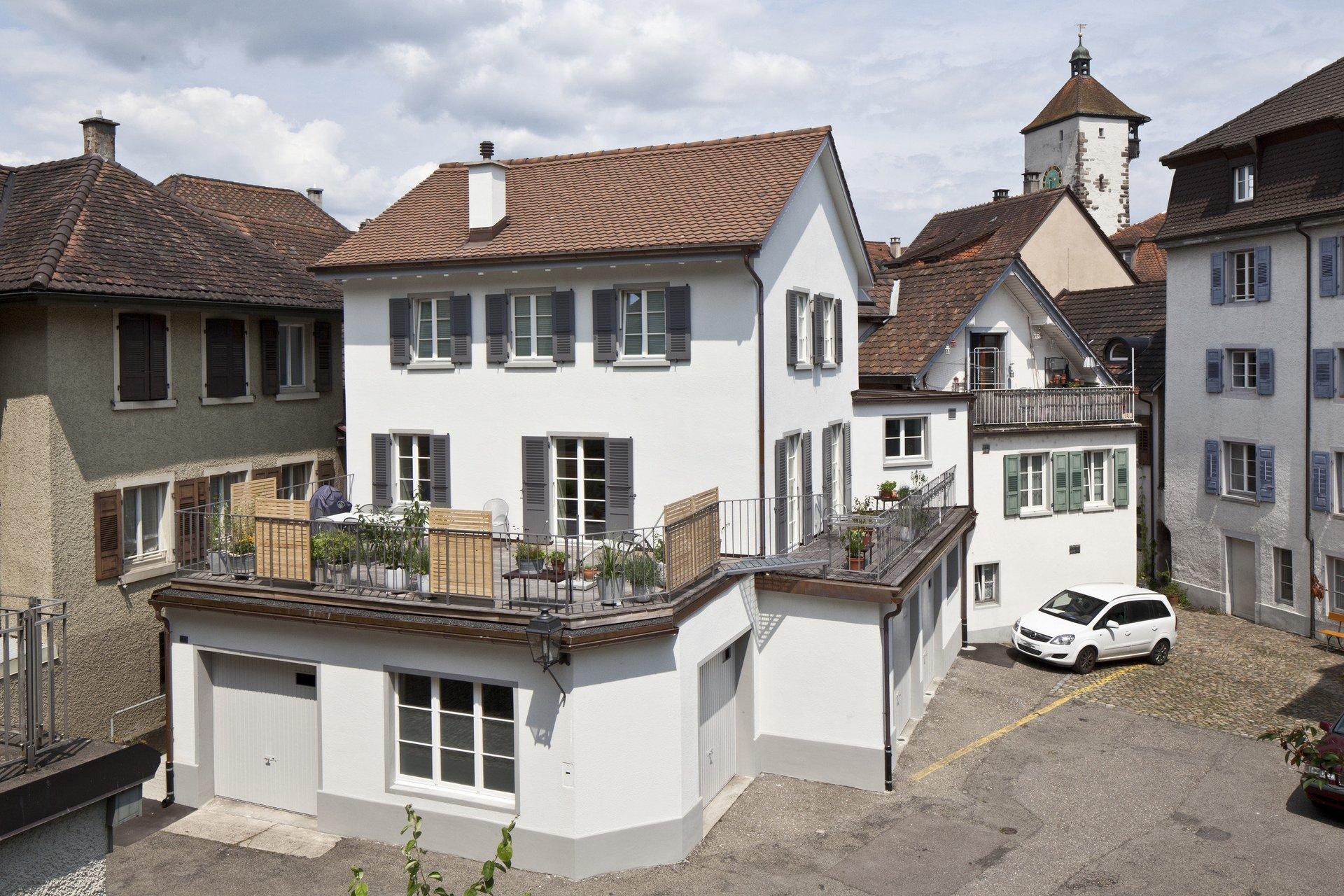 3-geschossiges Altstadthaus mit zweiteiligen Sprossenfenstern und Läden