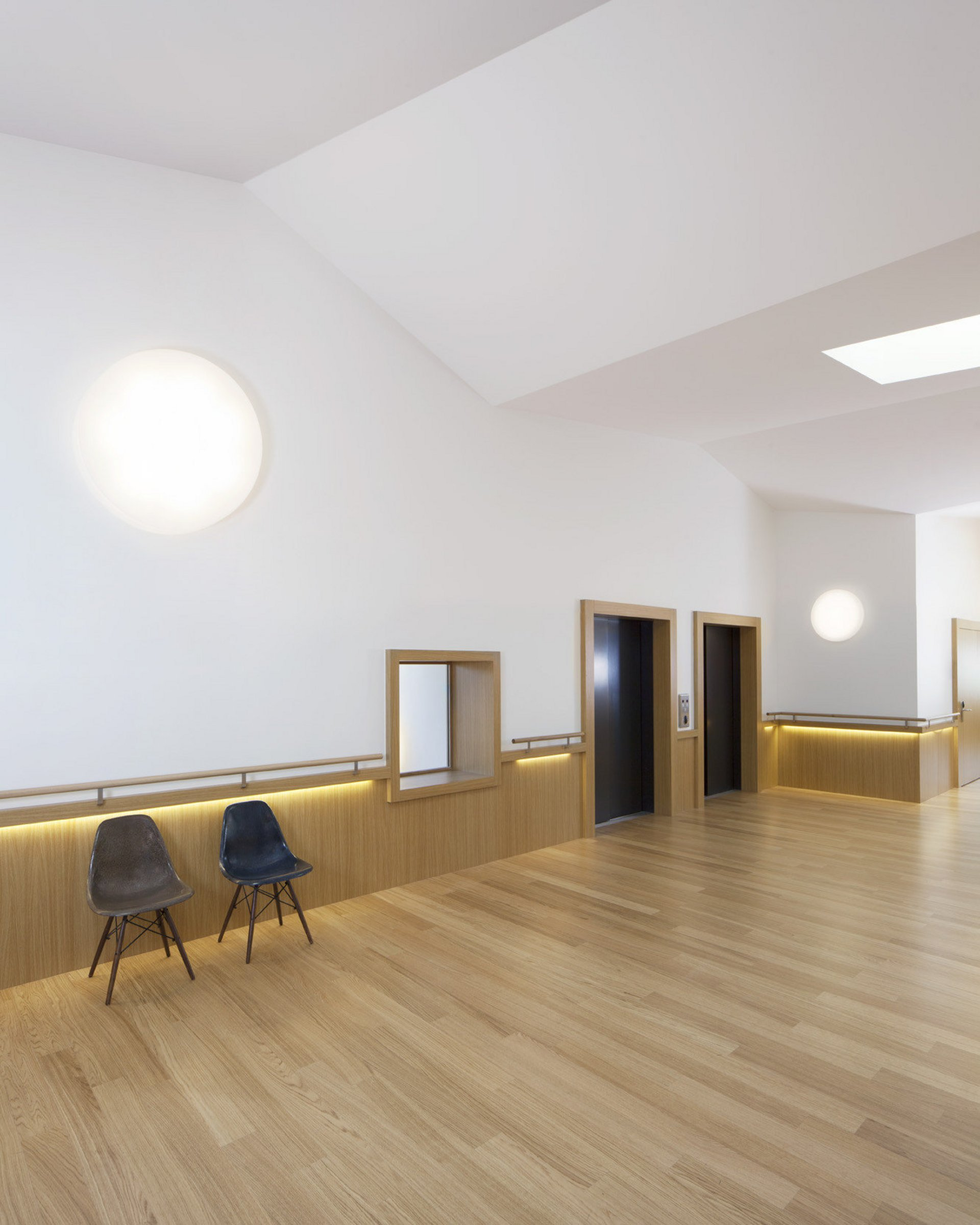 Raum in hellem Design mit 2 Türen und 1 Fenster nebeneinander