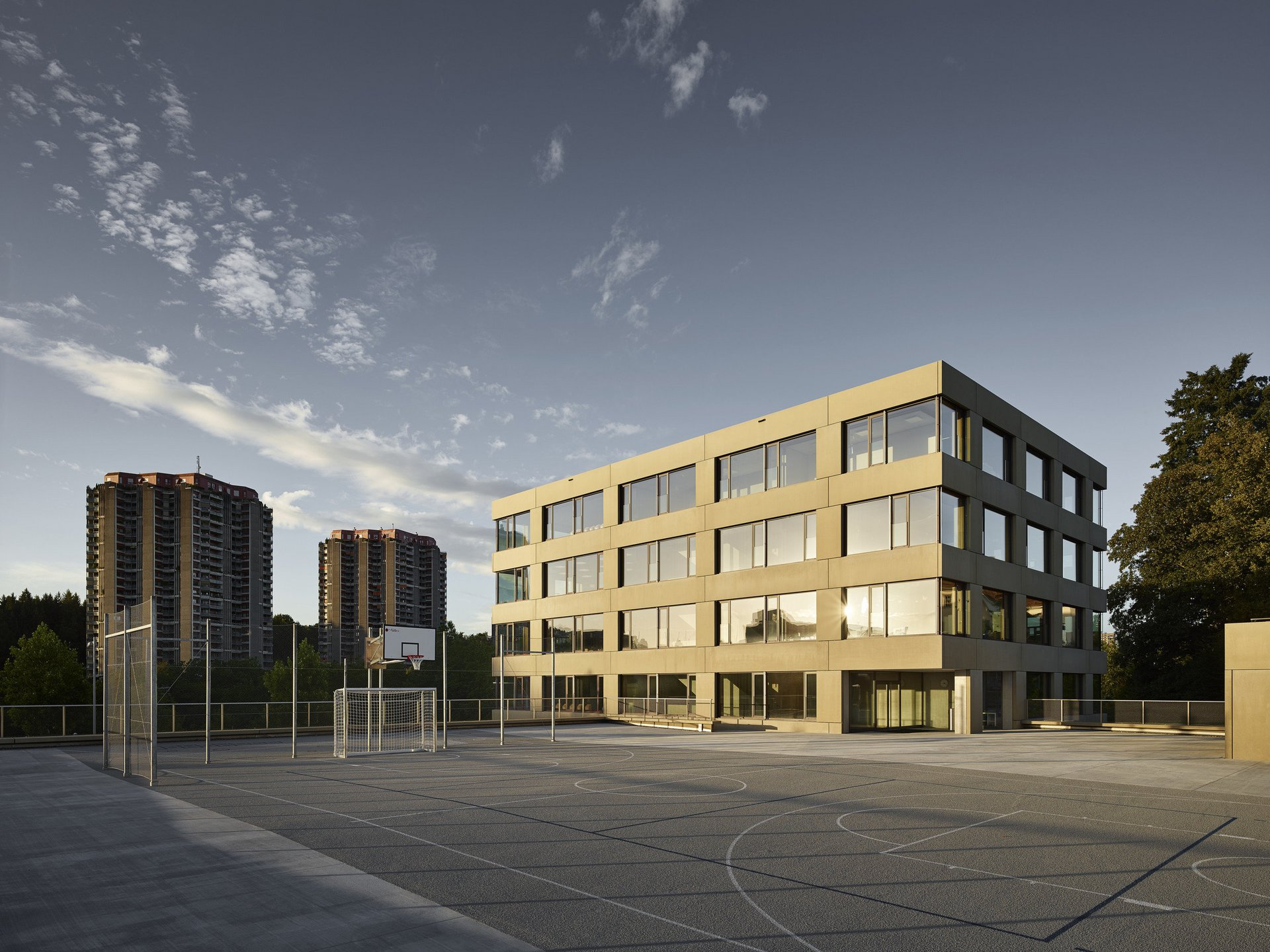 Bâtiment scolaire, fenêtres et façades identiques de tous les cotés