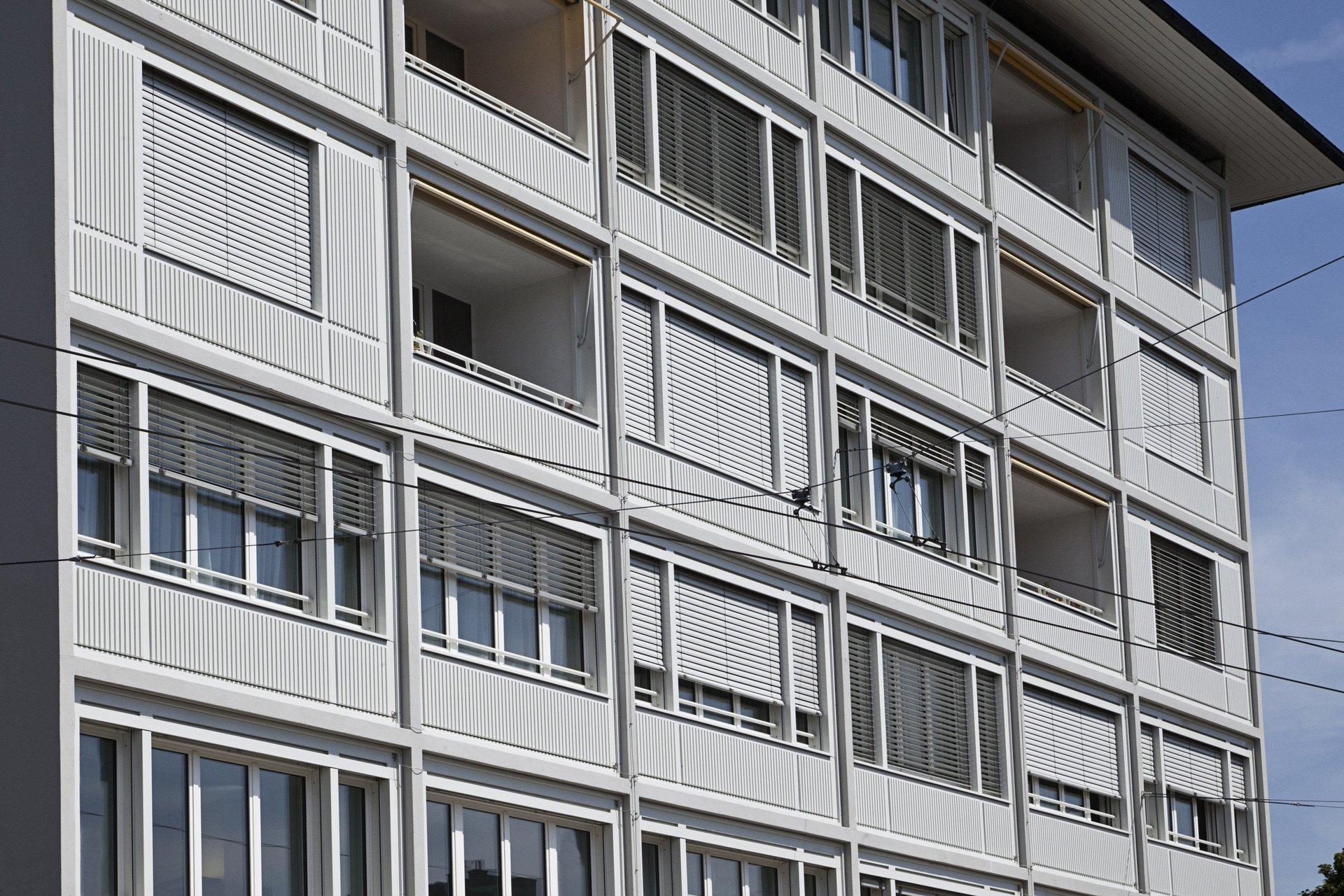 Fensterfront mehrstöckiges Gebäude mit mehrteiligen Fensterelementen