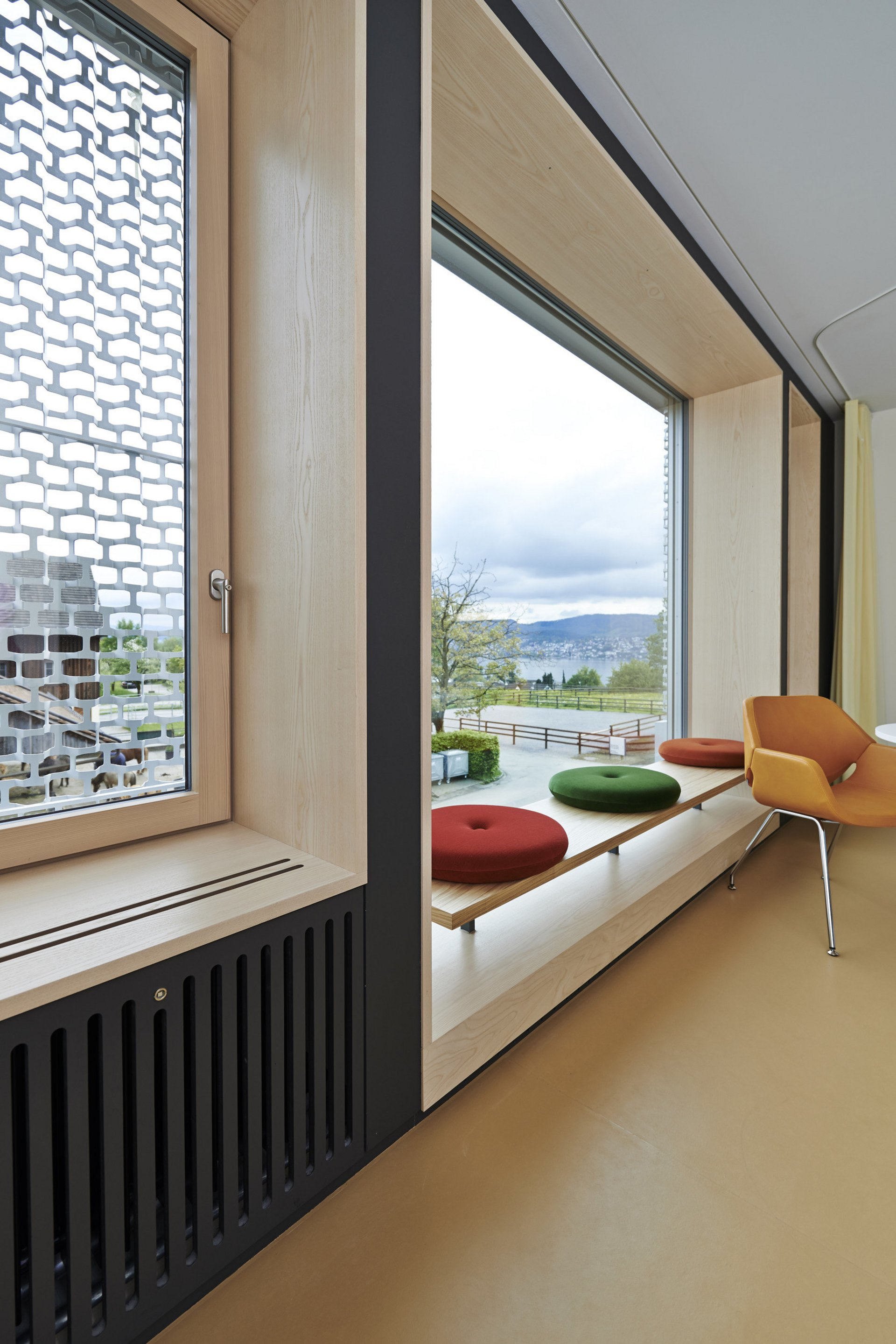 Grosses Holzfenster mit Sitzmöglichkeit