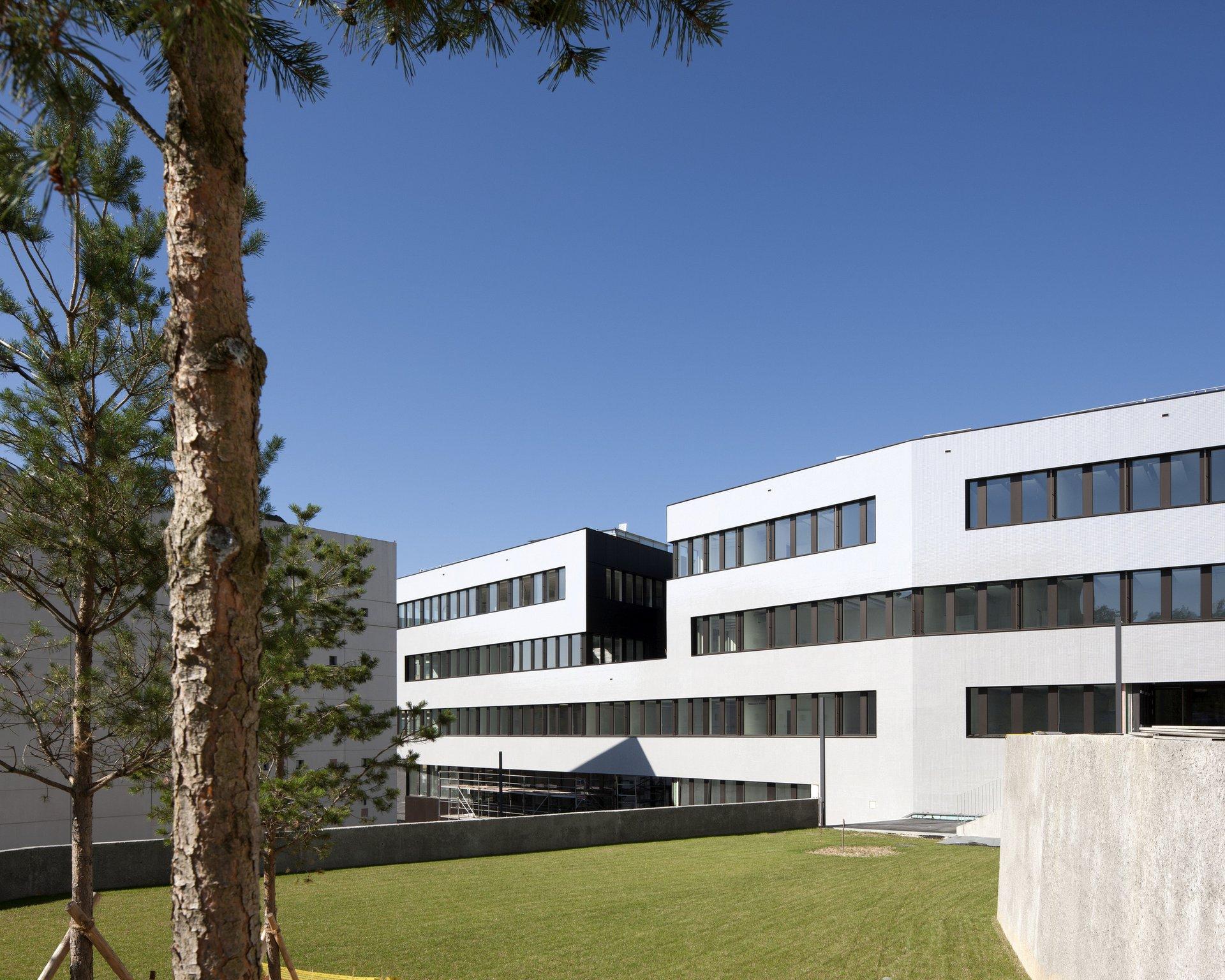 Mehrstöckiges Entwicklungsgebäude mit grosszügiger Fensterfassade