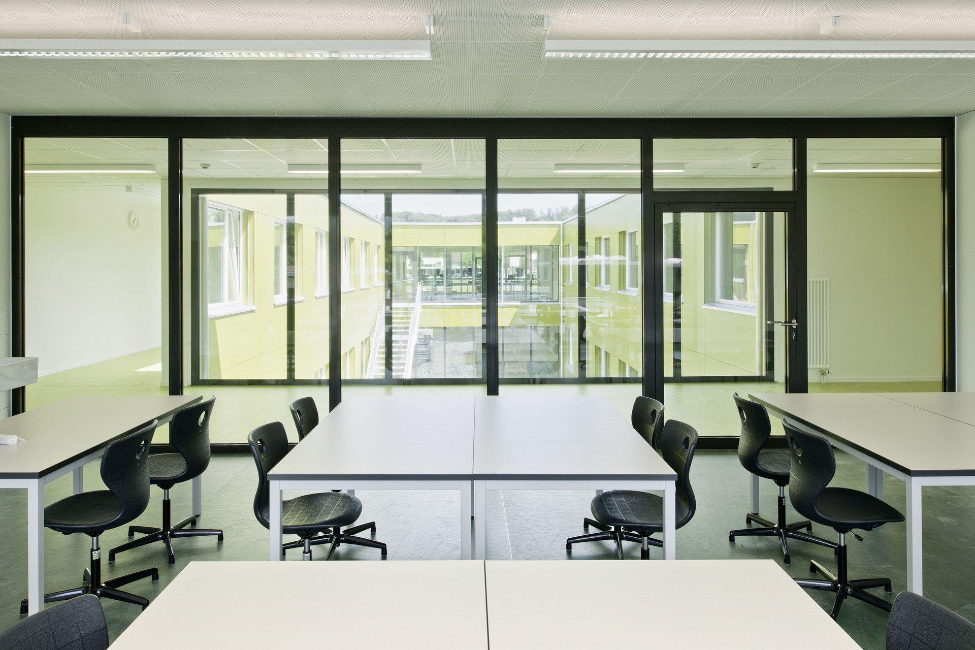 Arbeitsraum im Schulgebäude mit Wand ausschliesslich aus Glas