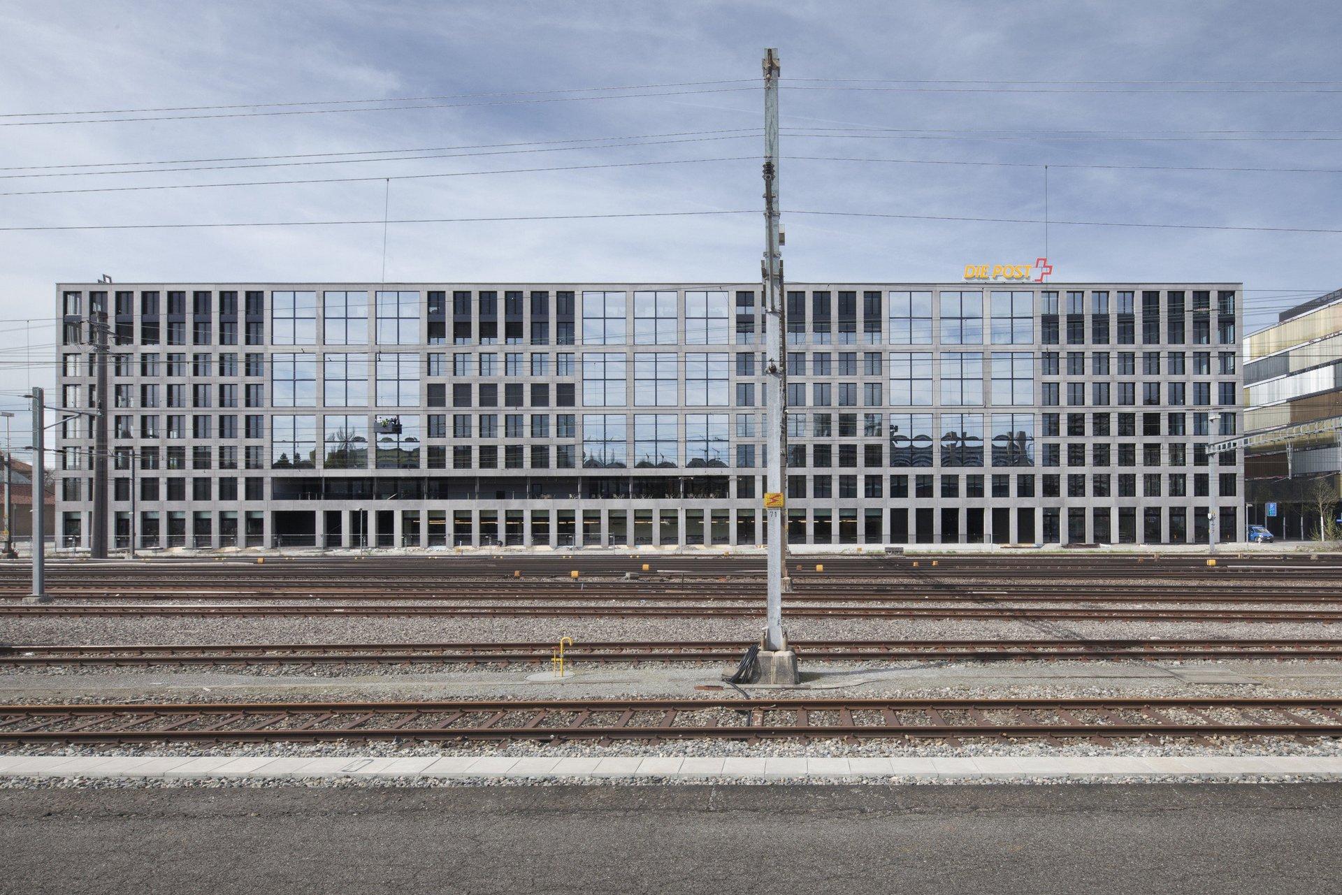 Bürogebäude im Block mit verschieden grossen Fensterelementen