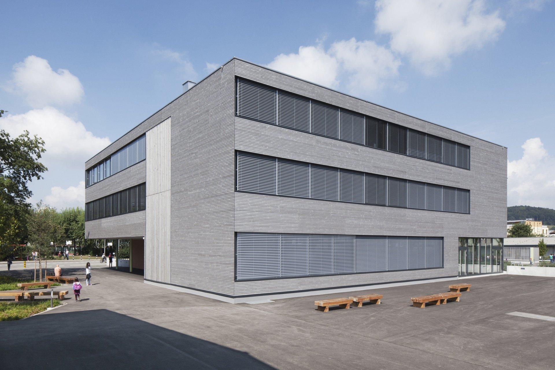 Bâtiment scolaire de 4 étages à agencement régulier des fenêtres