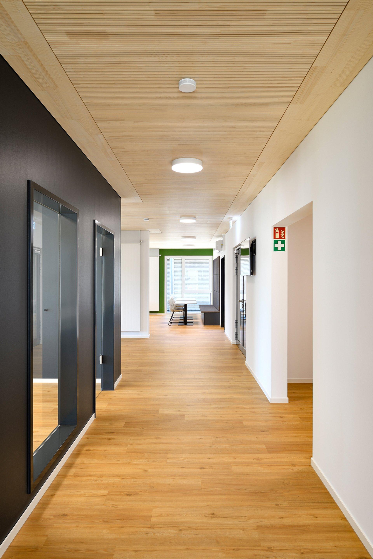 Freie Sicht in den gang, Links schwarze Abtrennwand der Sitzungszimmer