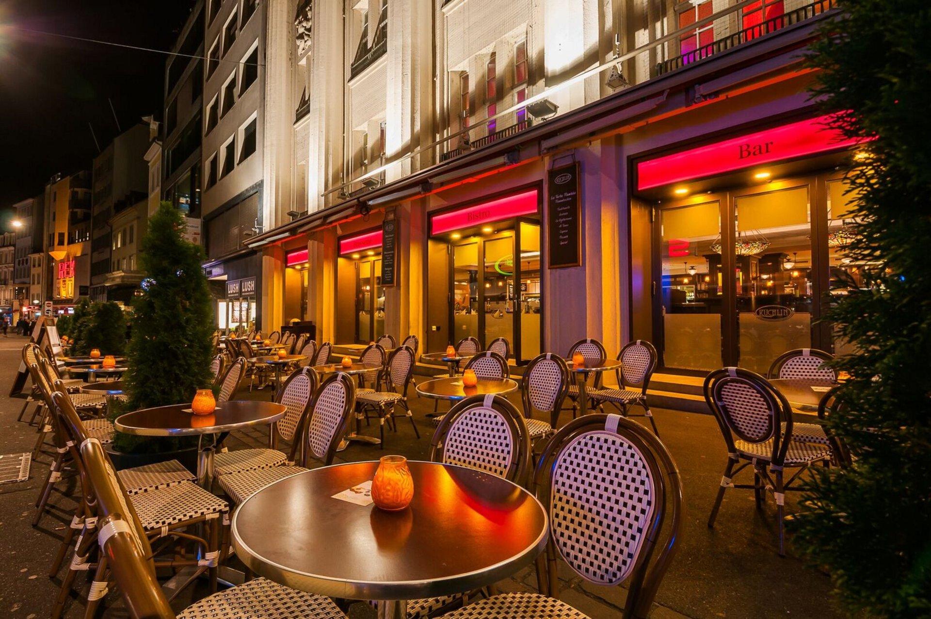Aussenansicht vom Restaurant mit runden Tischen und Stühlen