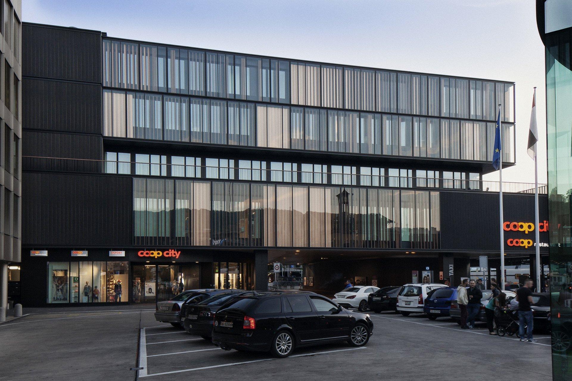 4-stöckiges Warenhaus mit Fensterfront aus Holz-Metallfenster