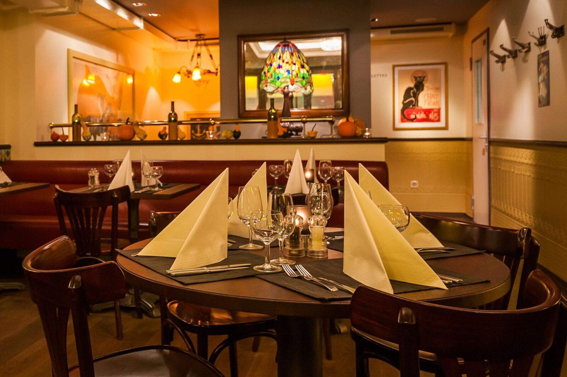 Innenansicht eines rustikalen Restaurants mit gedecktem Tisch im Vordergrund