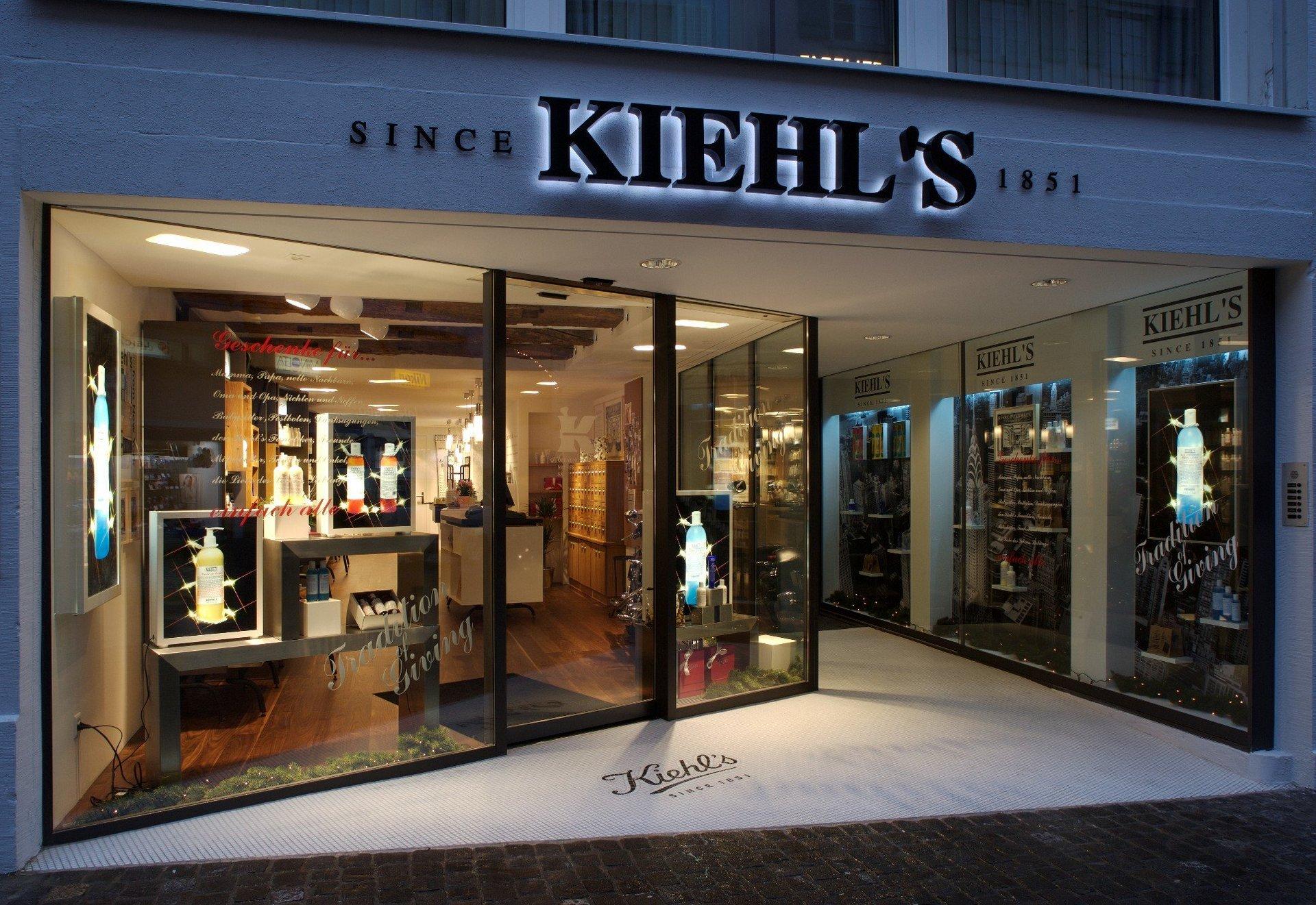 Moderner Shop mit grosser Fensterfront und attraktiver Schaufensterdekoration