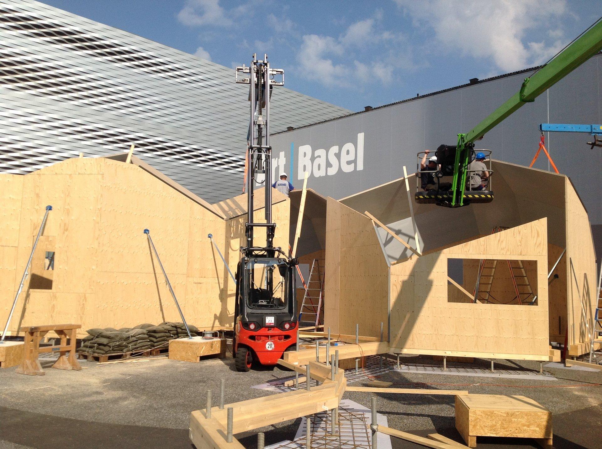 4-teiliges 3-dimensionales Holzkonstrukt im Bau mit Stapler