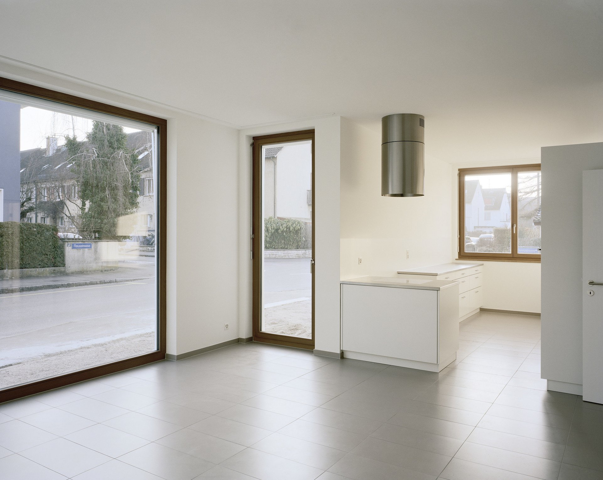 verschiedene Fenster unterschiedlicher Grösse von innen in lichtdurchflutetem Raum