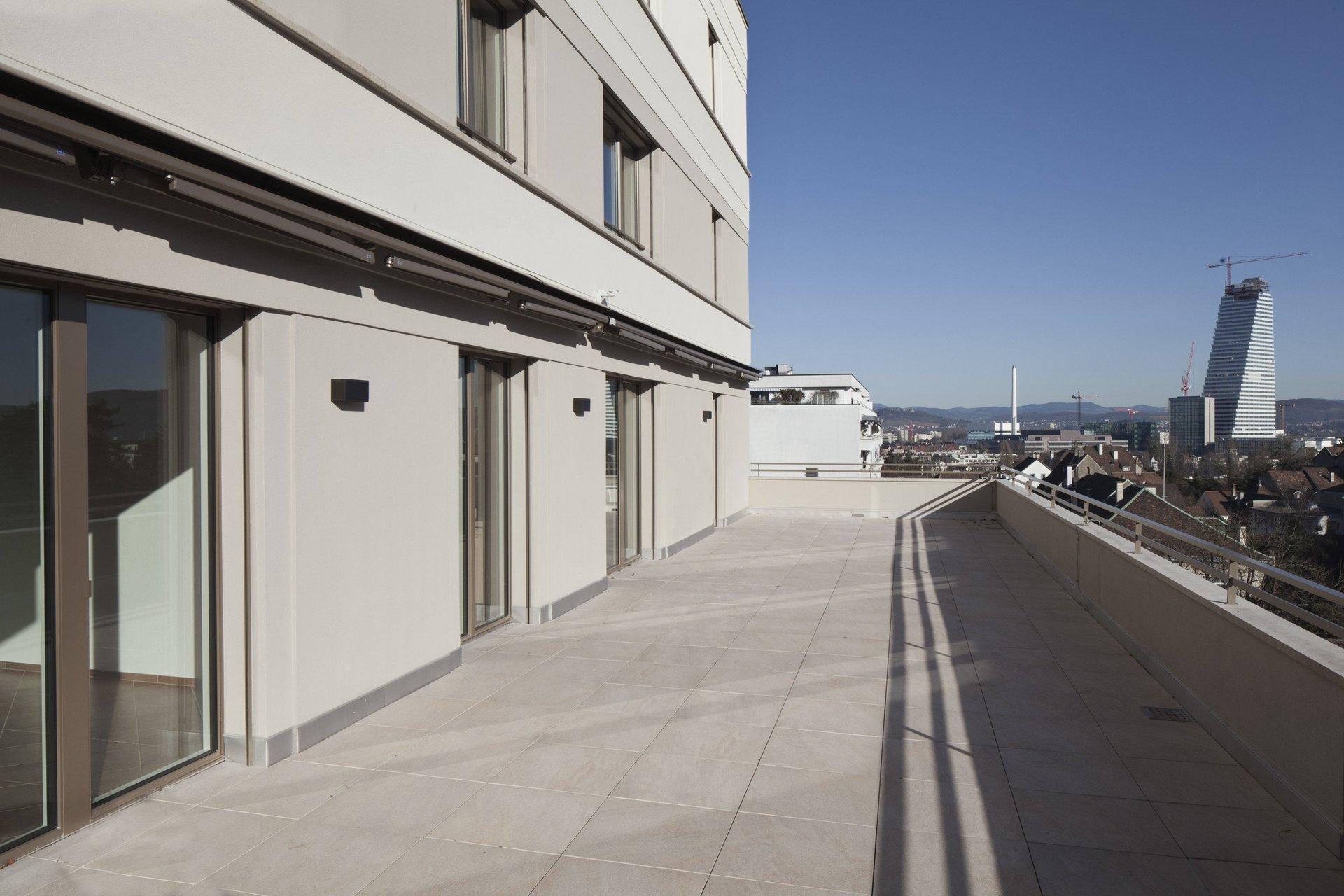 Grosse Terrassenfläche auf mehrstöckigem Wohngebäude