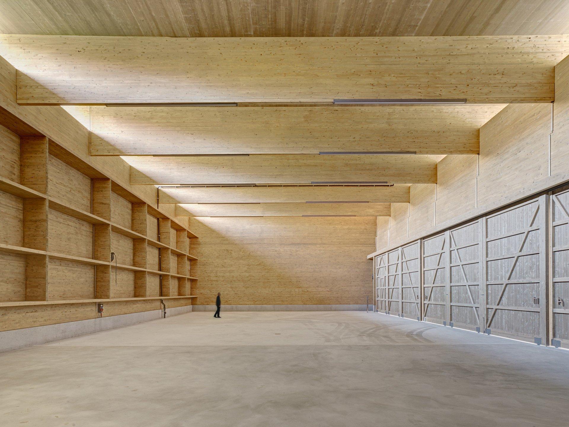 Werkhalle aus Holz in traditioneller Blockbauweise
