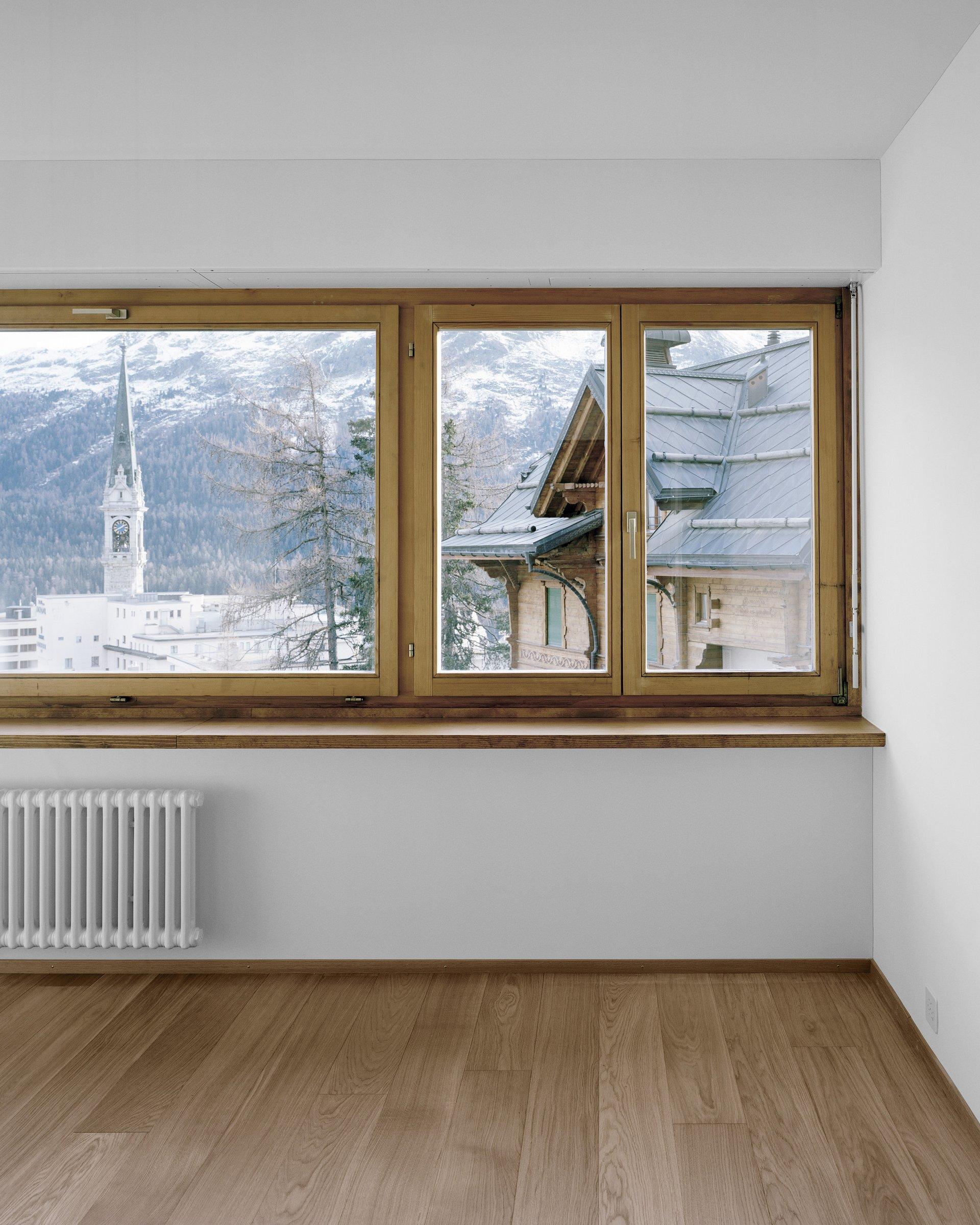 Doppelflügelfenster rechts mit grossem Fensterelement links innen