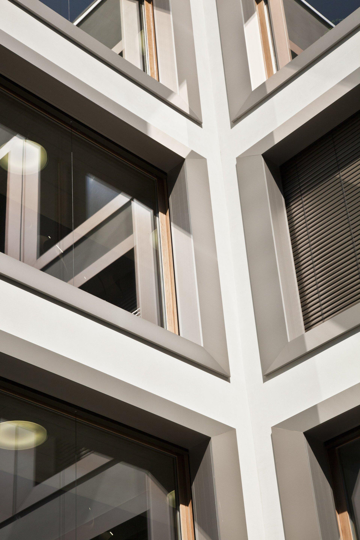 Aussenfassade Wohnblock mit grossen Sonderfenster