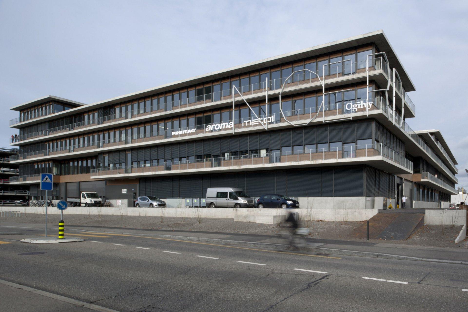 Mehrgeschossiges Gewerbehaus mit Aufschrift NOERD und grossflächiger Verglasung