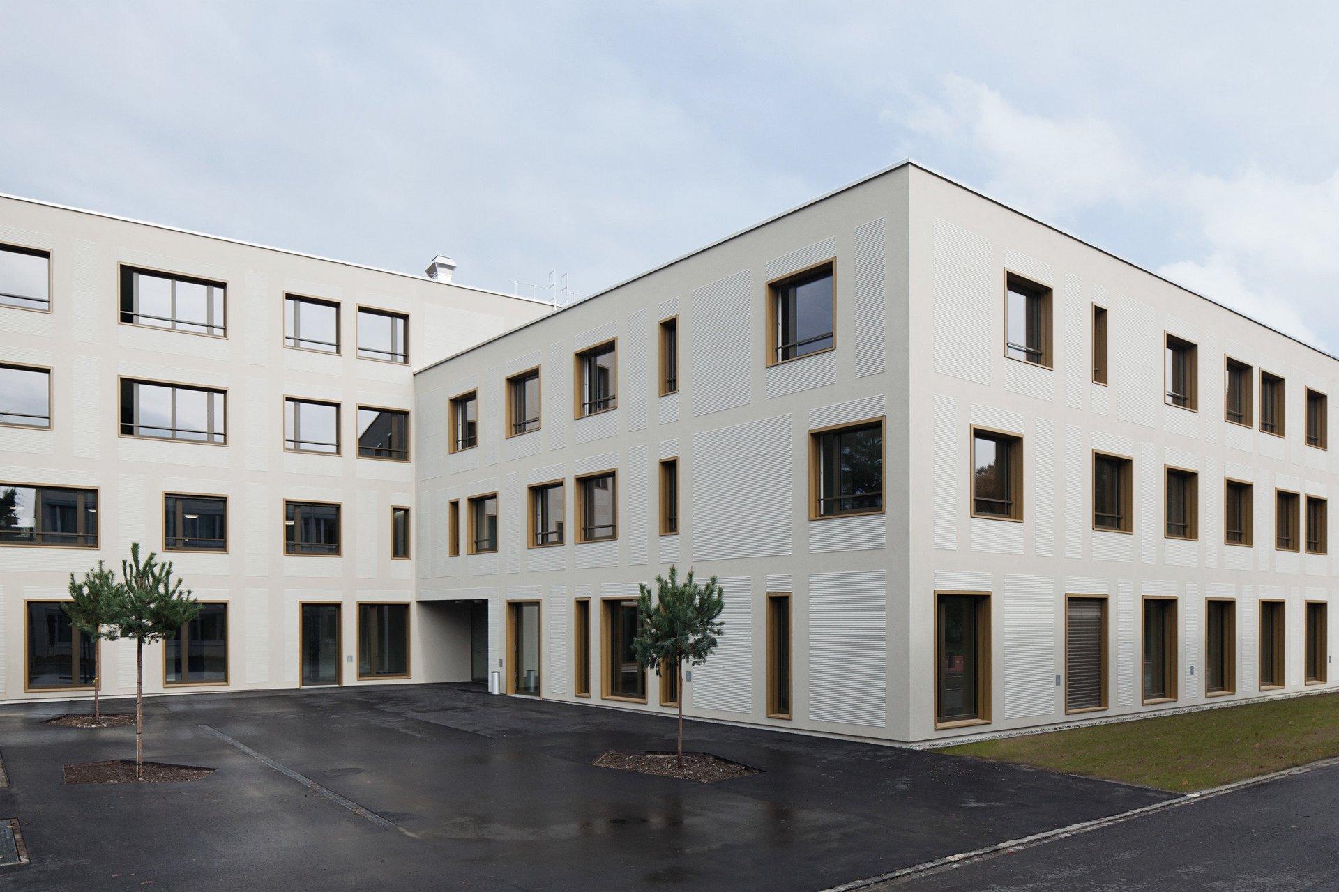 Mehrstöckiges Gebäude mit verschiedenen Fensterelementen