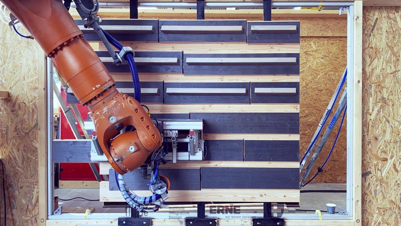 Roboter platziert Holzbalken für eine parametrische Fasade