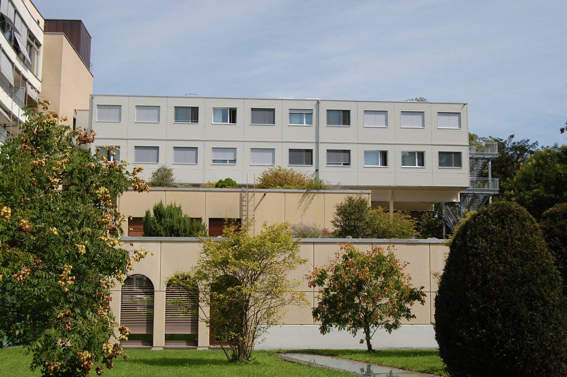 Construction modulaire à agencement régulier des fenêtres à un vantail