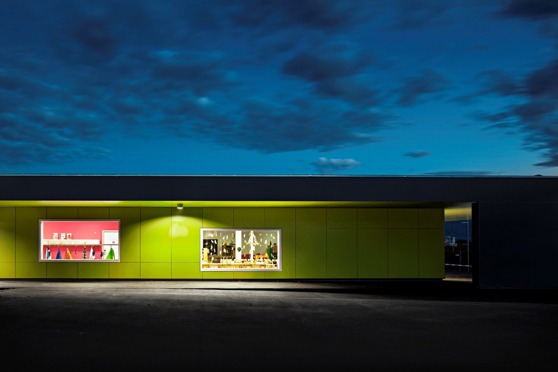 1-geschossiger Kindergarten mit Rockpanelfassade in grün