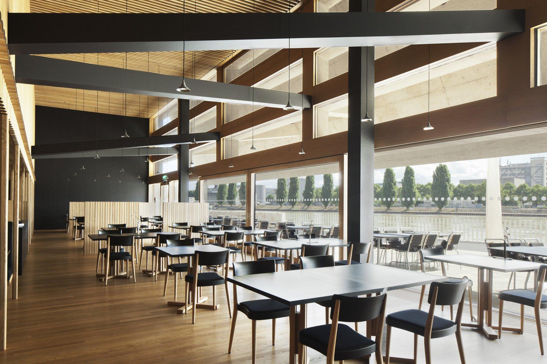 innen bestuhltes Campus Cafe in modernem Design mit Innenverkleidung aus Holz