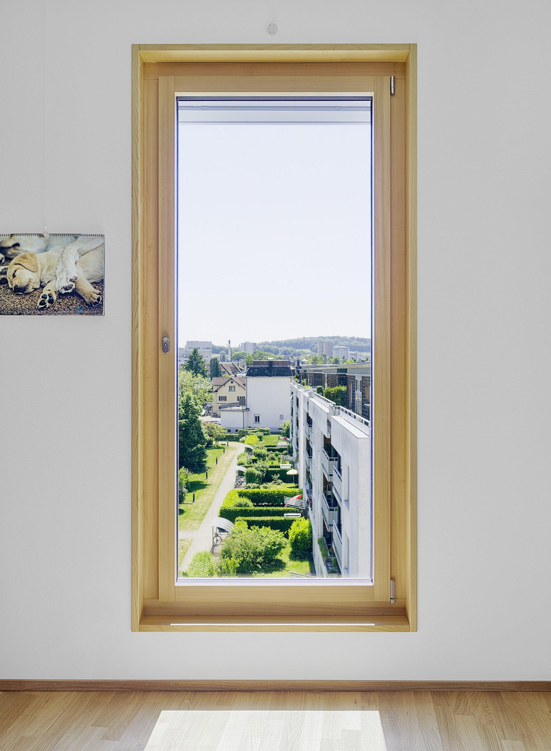Grosses lichtspendendes Einflügelfenster in Holz-Metallkonstruktion