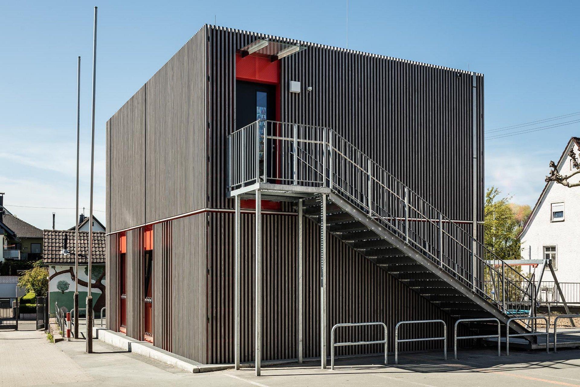 2-geschossiges Schulgebäude mit Aussenzugang zum 2. Geschoss