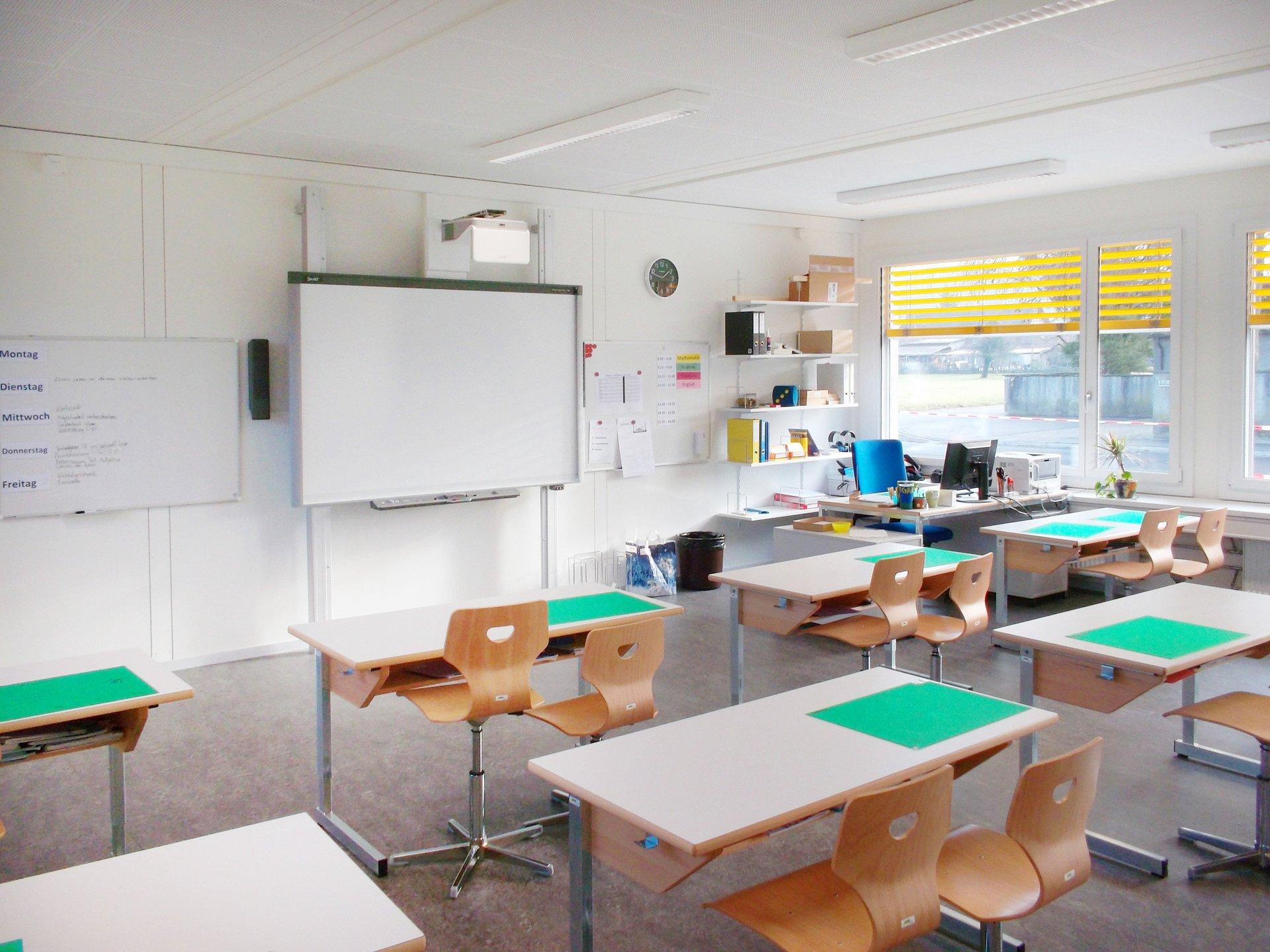 Ausgestattetes Klassenzimmer mit Einflügelfensterelementen
