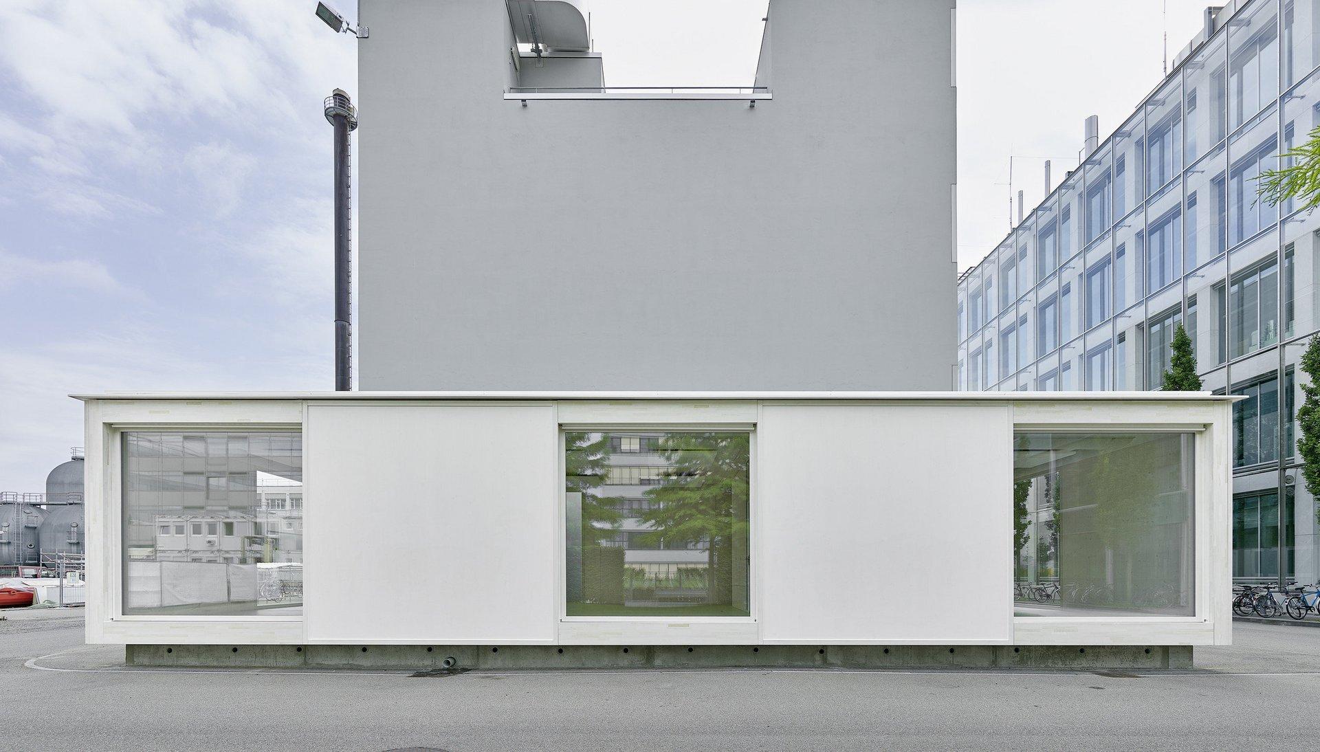 Büro-Modulbau von vorne mit 3 gleich grossen Fenstern in gleichmässiger Anordnung