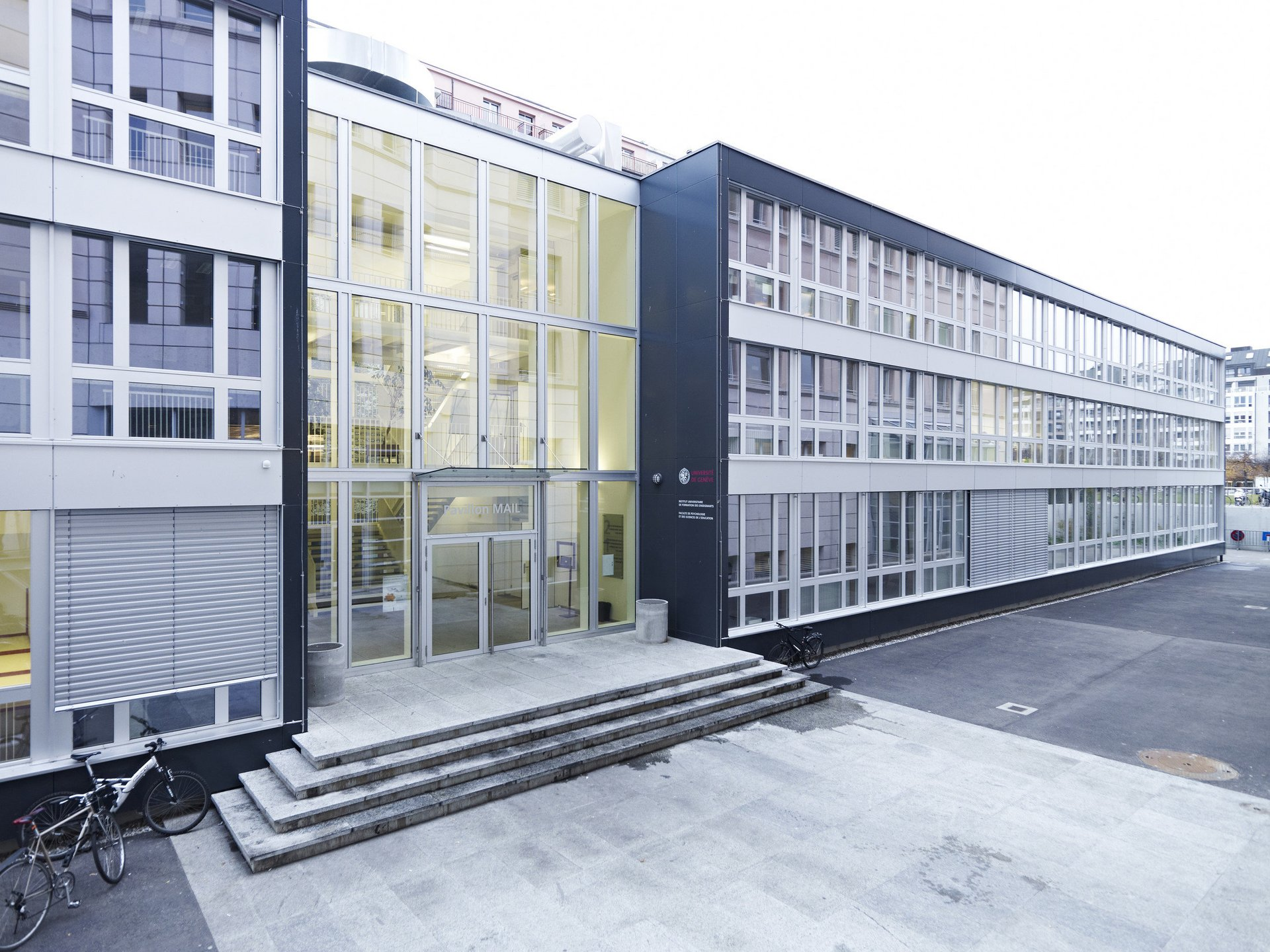 Verwaltungsgebäude mit 6-teiligen Sprossenfenstern aus Holz-Metall